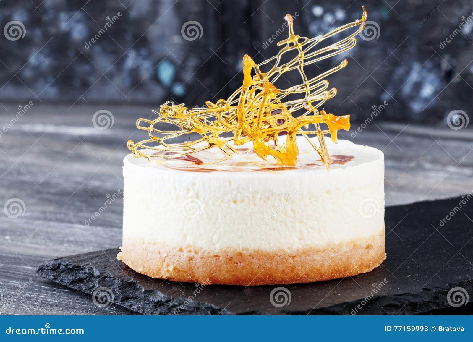 Gâteau croquant croustillant de décor de décoration de Chips Caramel avec des couches de vanille toujours de la vie