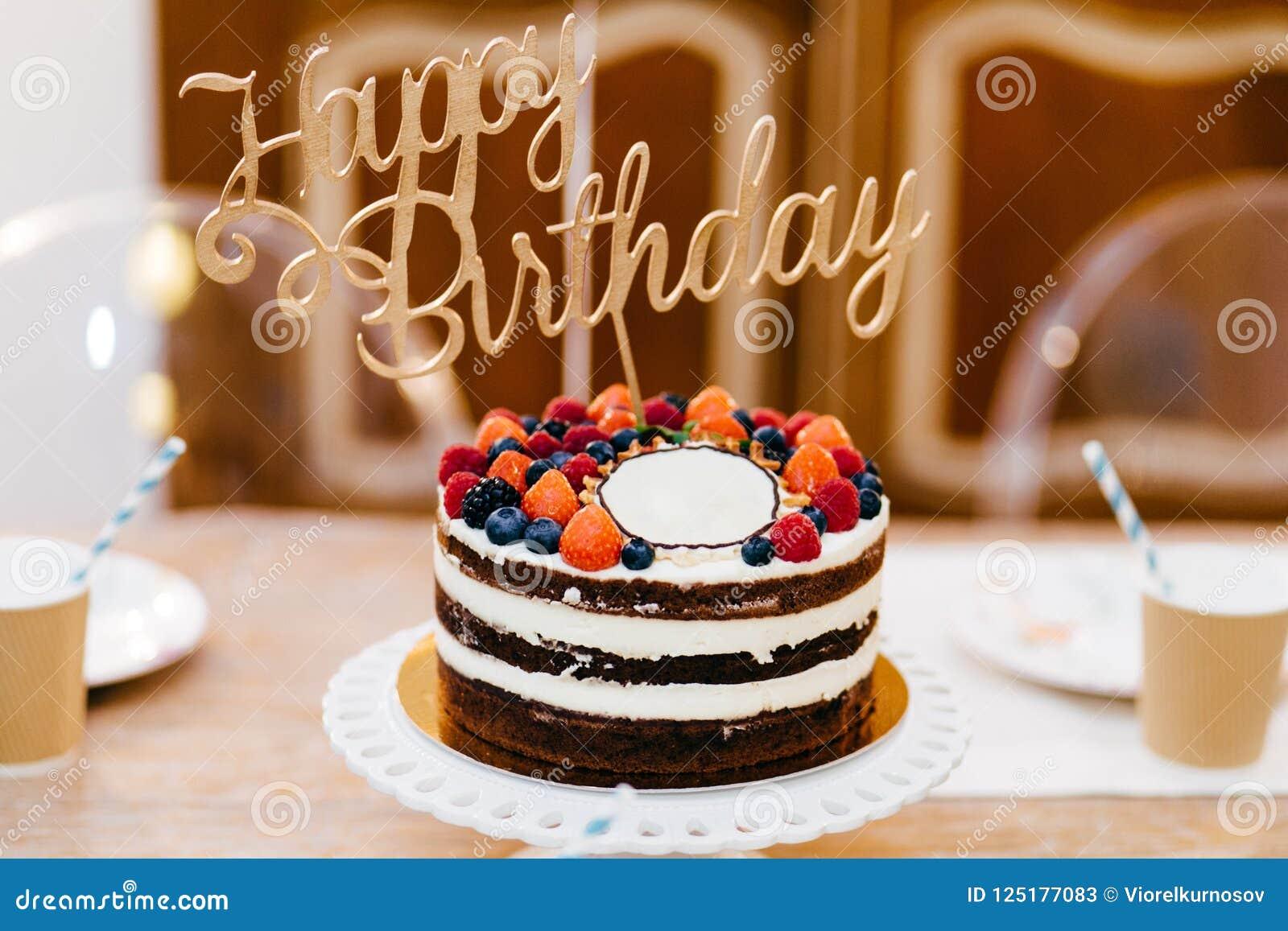 Gâteau décoré savoureux pour la fête d anniversaire se tenant sur la table en bois Tableau servi à l anniversaire de célébration