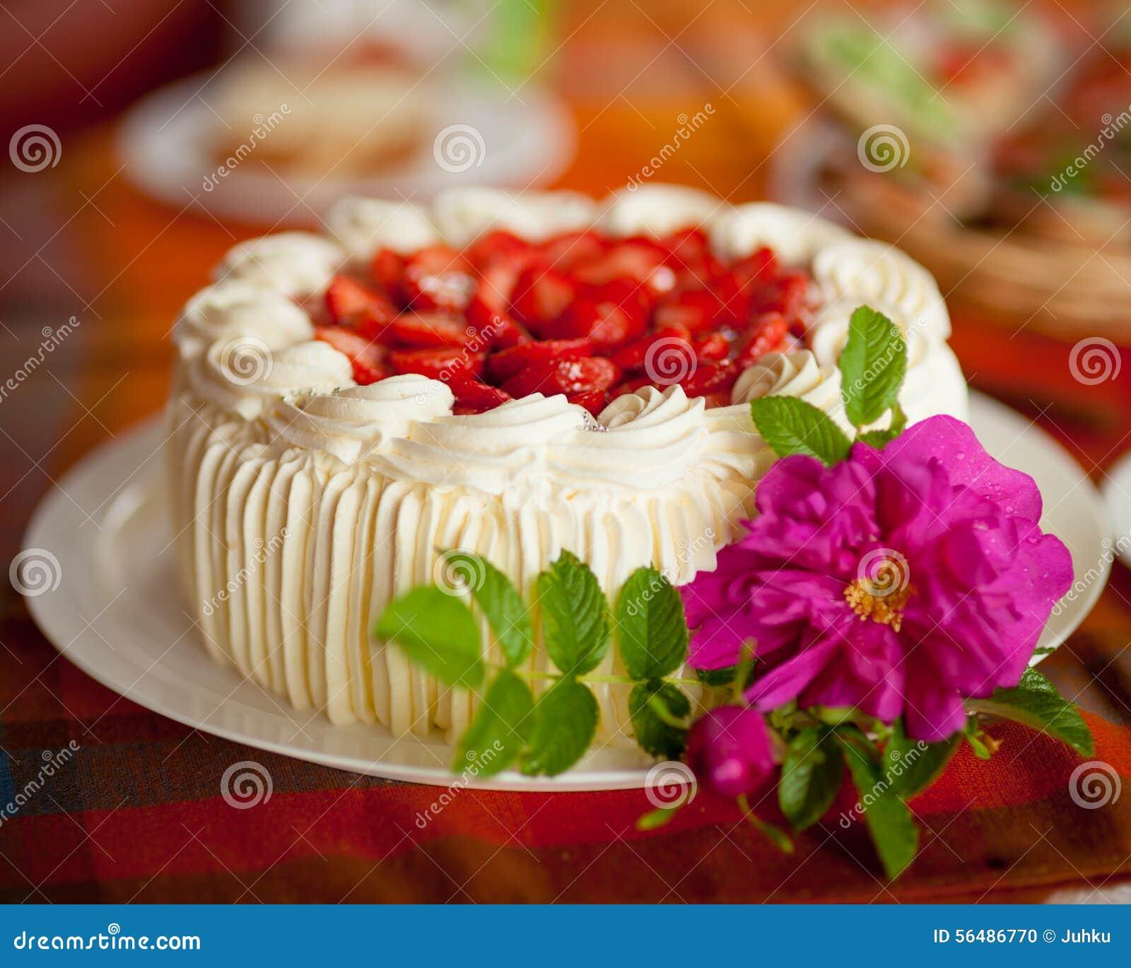 Gâteau délicieux de fraise sur la table basse