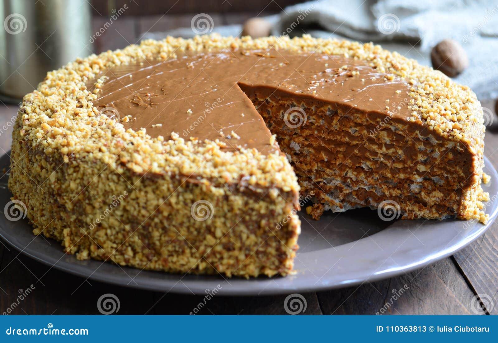 Gâteau d écrou sur le fond en bois
