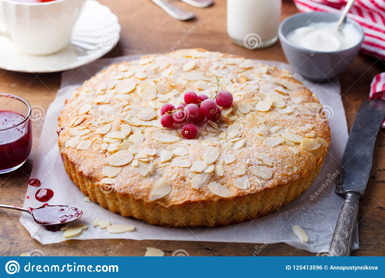 Gâteau d amande et de framboise, tarte de Bakewell Pâtisserie britannique traditionnelle Fond en bois Fin vers le haut