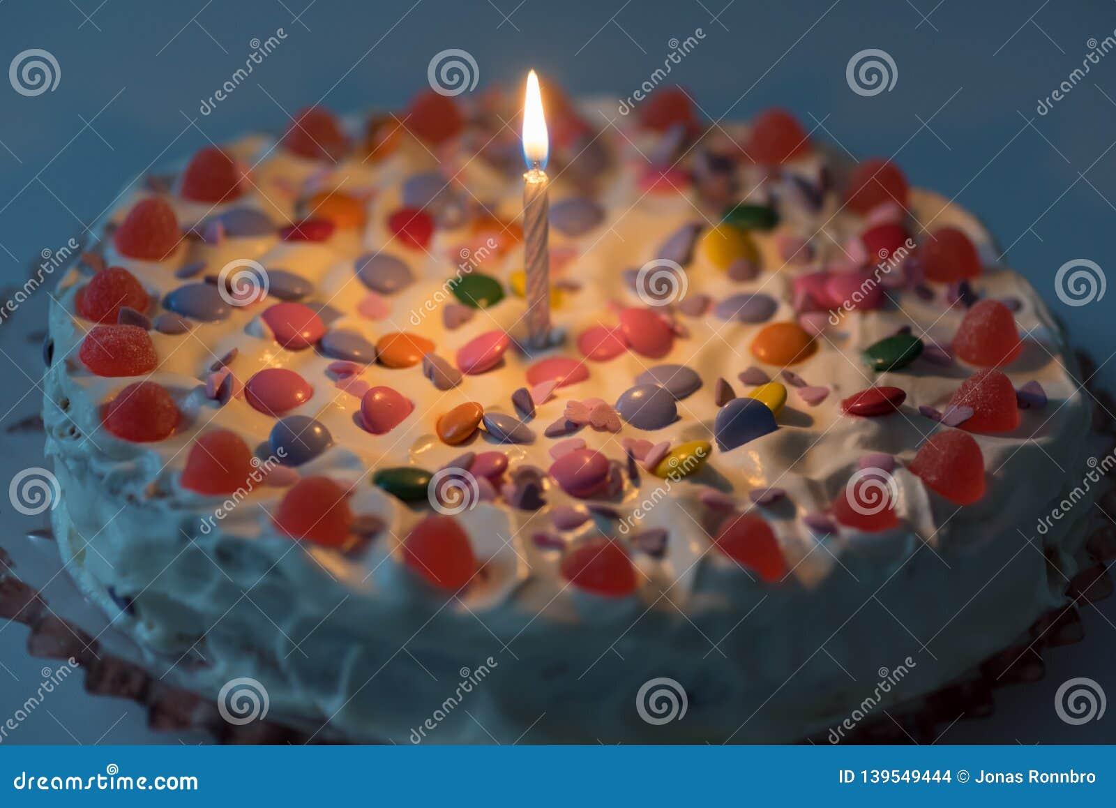 Gâteau d anniversaire avec de la crème et un bon nombre de sucrerie
