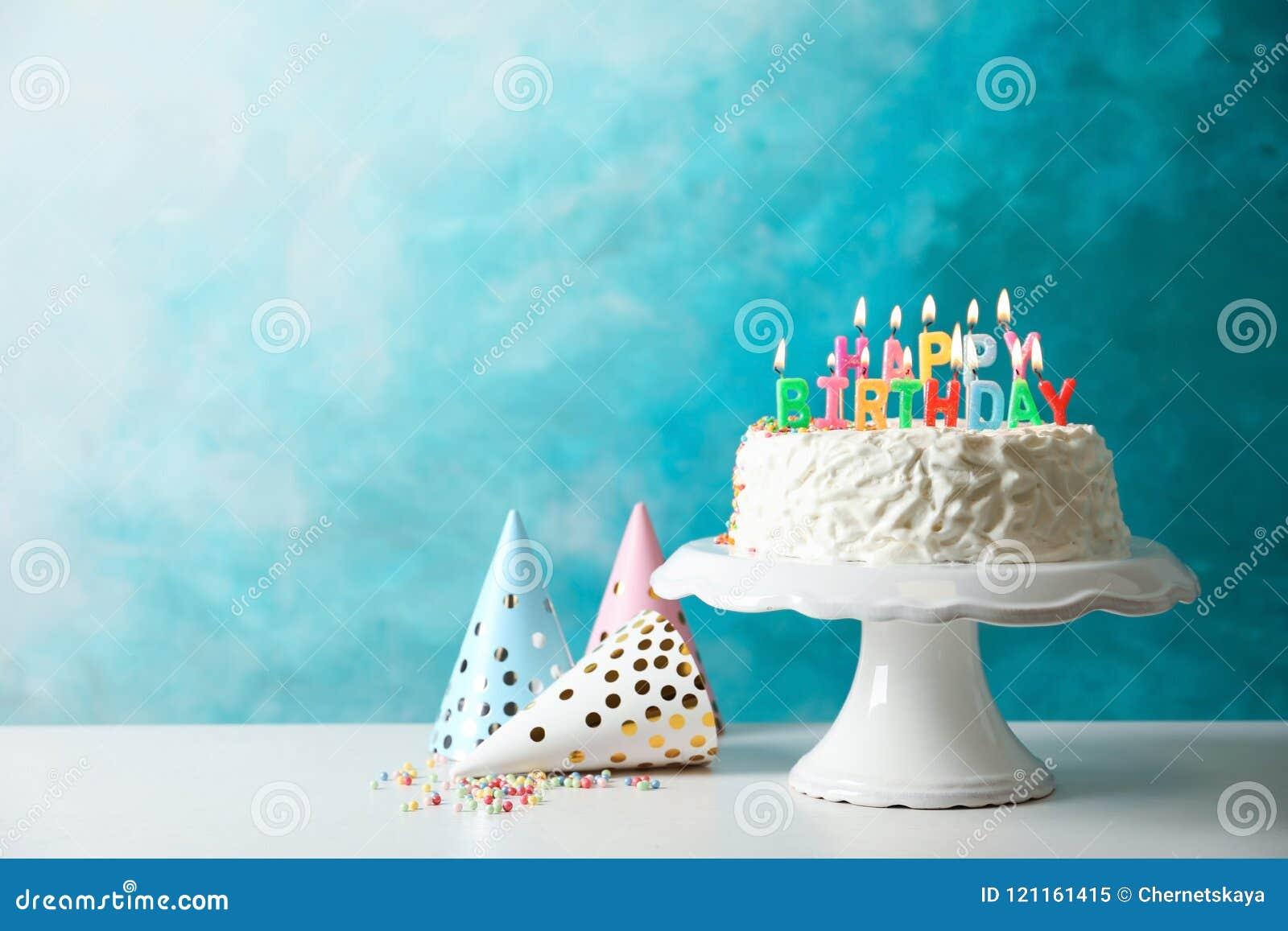 Gâteau d anniversaire avec des bougies