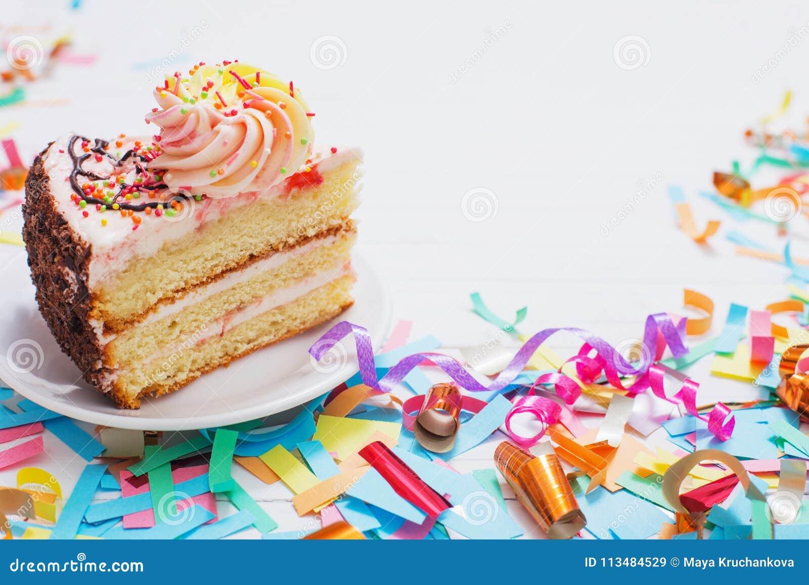 Gâteau d anniversaire et décoration sur le fond en bois blanc