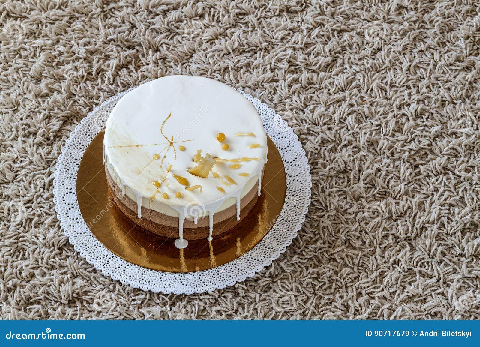 Gâteau d anniversaire fait maison délicieux de marbre de chocolat décoré de