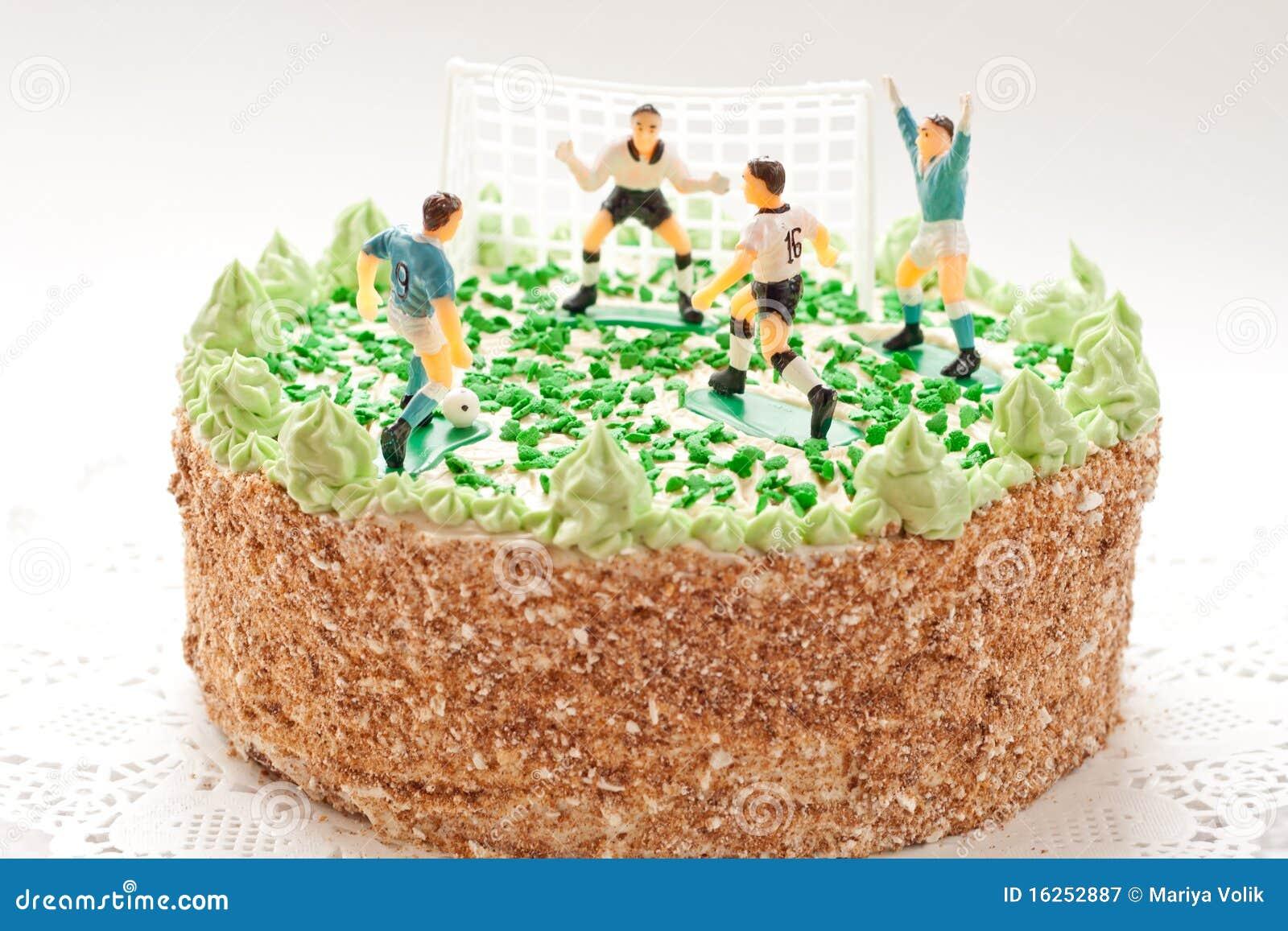 Gâteau d anniversaire pour le garçon avec des joueurs de football
