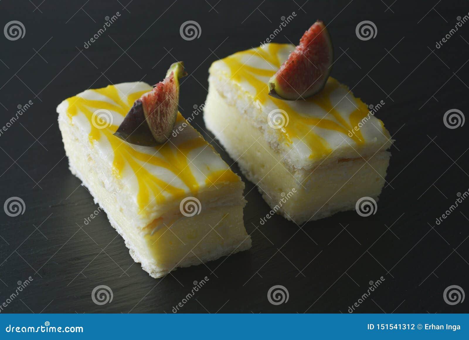 Gâteau de bruine de citron, dessert de gâteau de croûte de citron au-dessus de fond noir