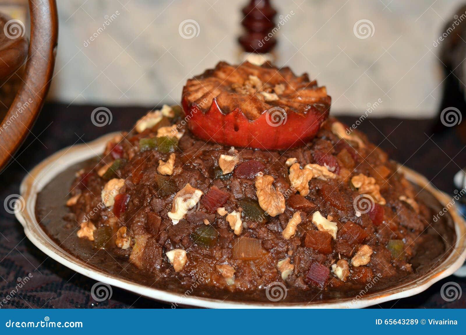 Gâteau de chocolat avec des écrous en crème au chocolat