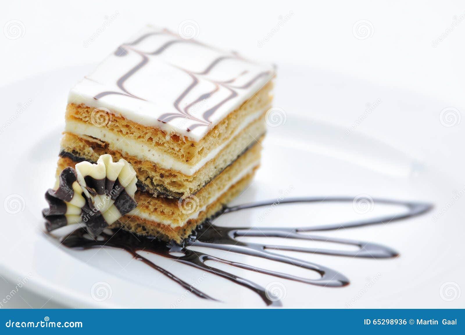 Gâteau de chocolat avec du chocolat toping du plat blanc, dessert doux, pâtisserie, boutique, poudre de cacao