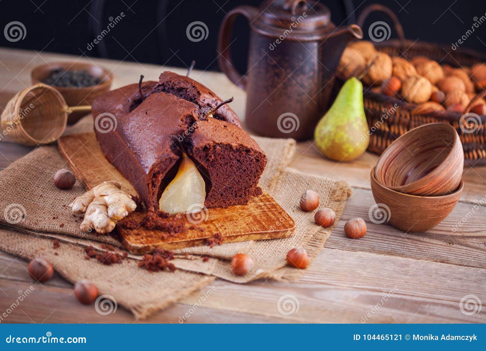 Gâteau de chocolat avec l automne de poires