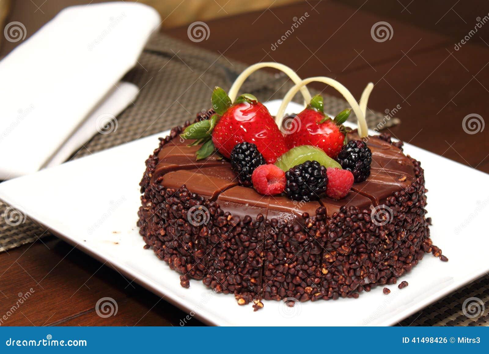 Gâteau de chocolat avec la décoration de fruit frais