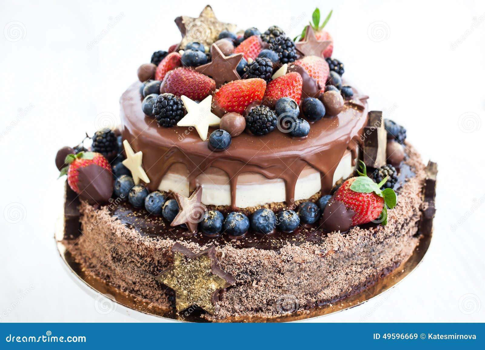 Gâteau de chocolat avec le glaçage, décoré du fruit frais
