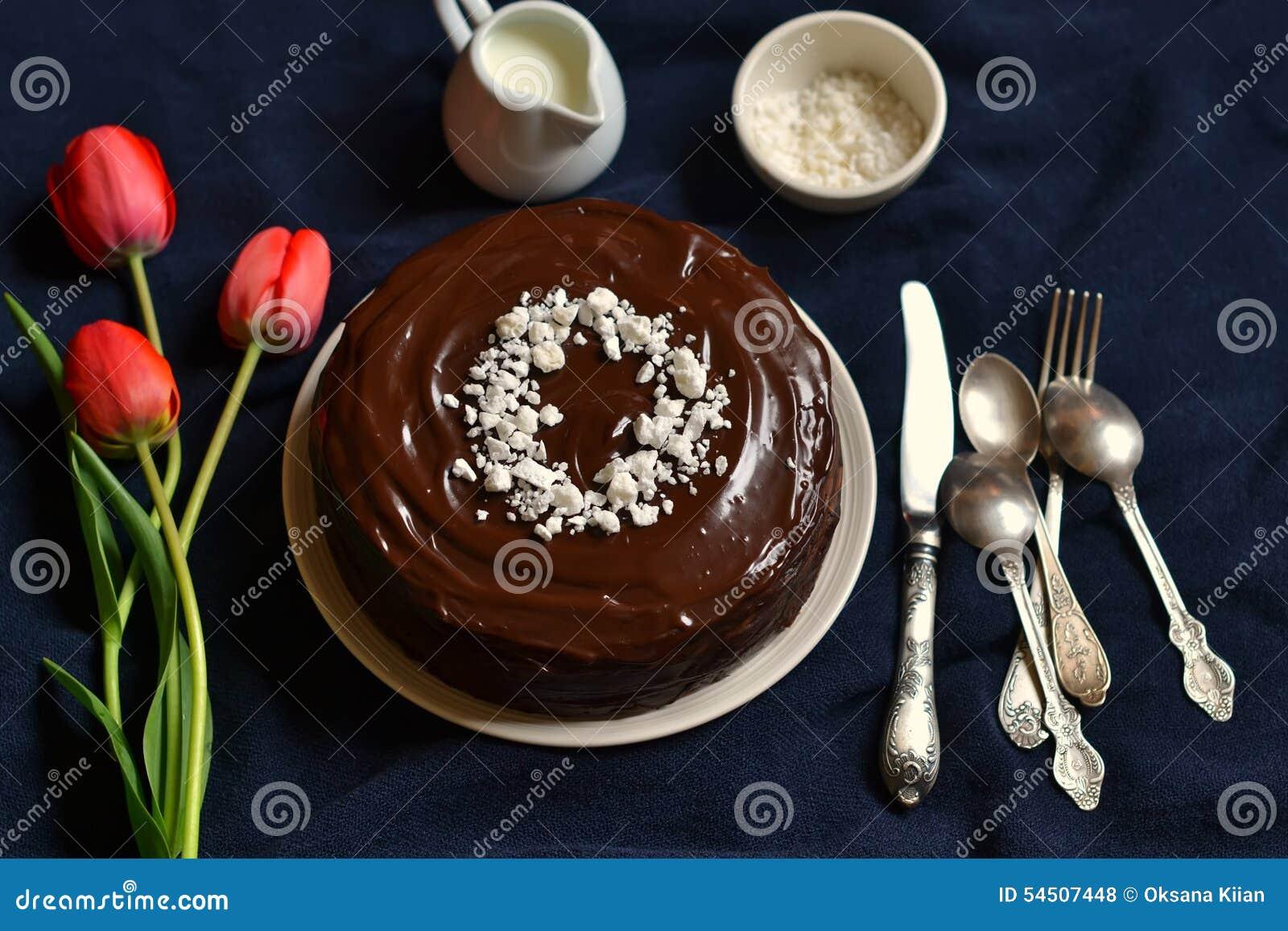 Gâteau de chocolat décoré des miettes de meringue