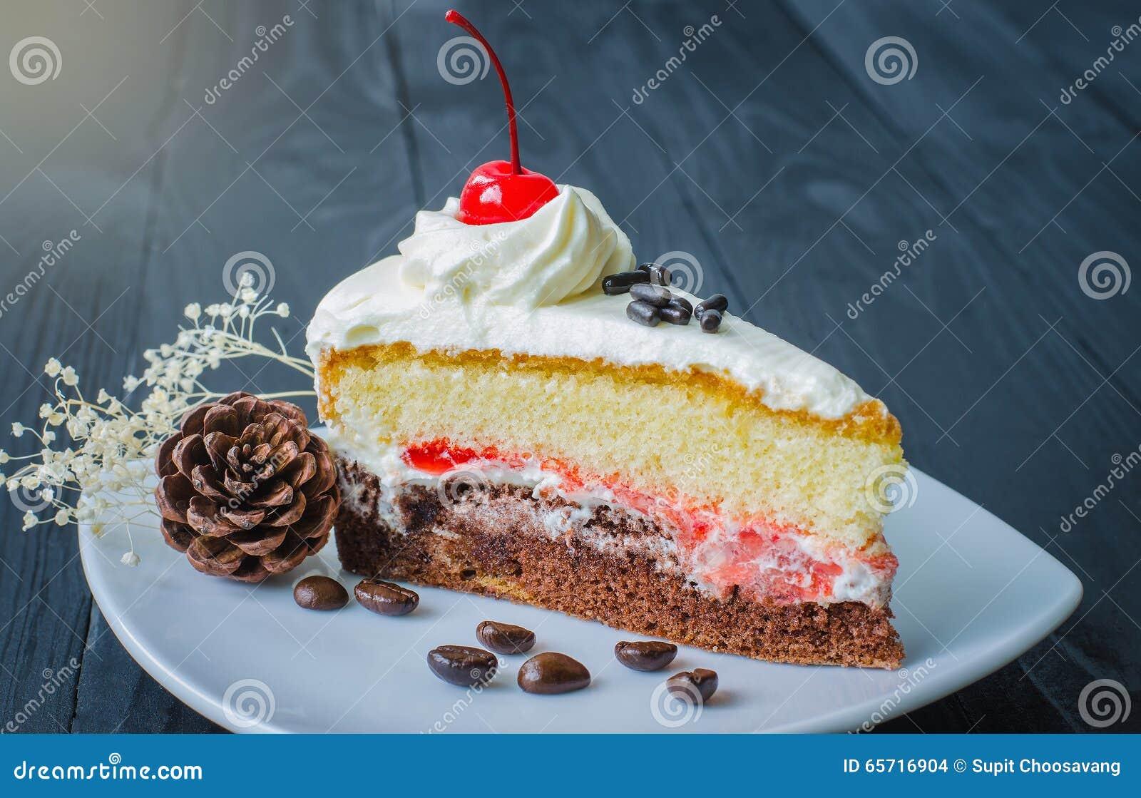 Gâteau de chocolat dans le plat sur en bois