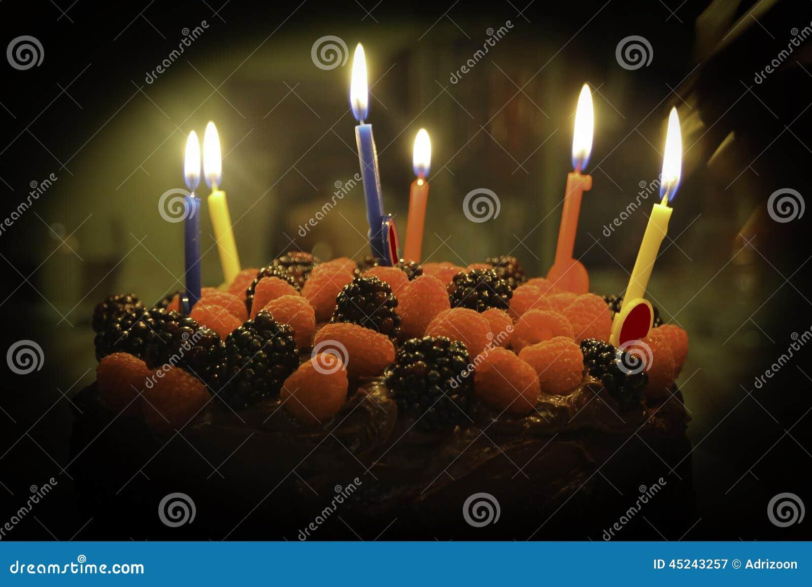 Gâteau de chocolat de fraise de joyeux anniversaire