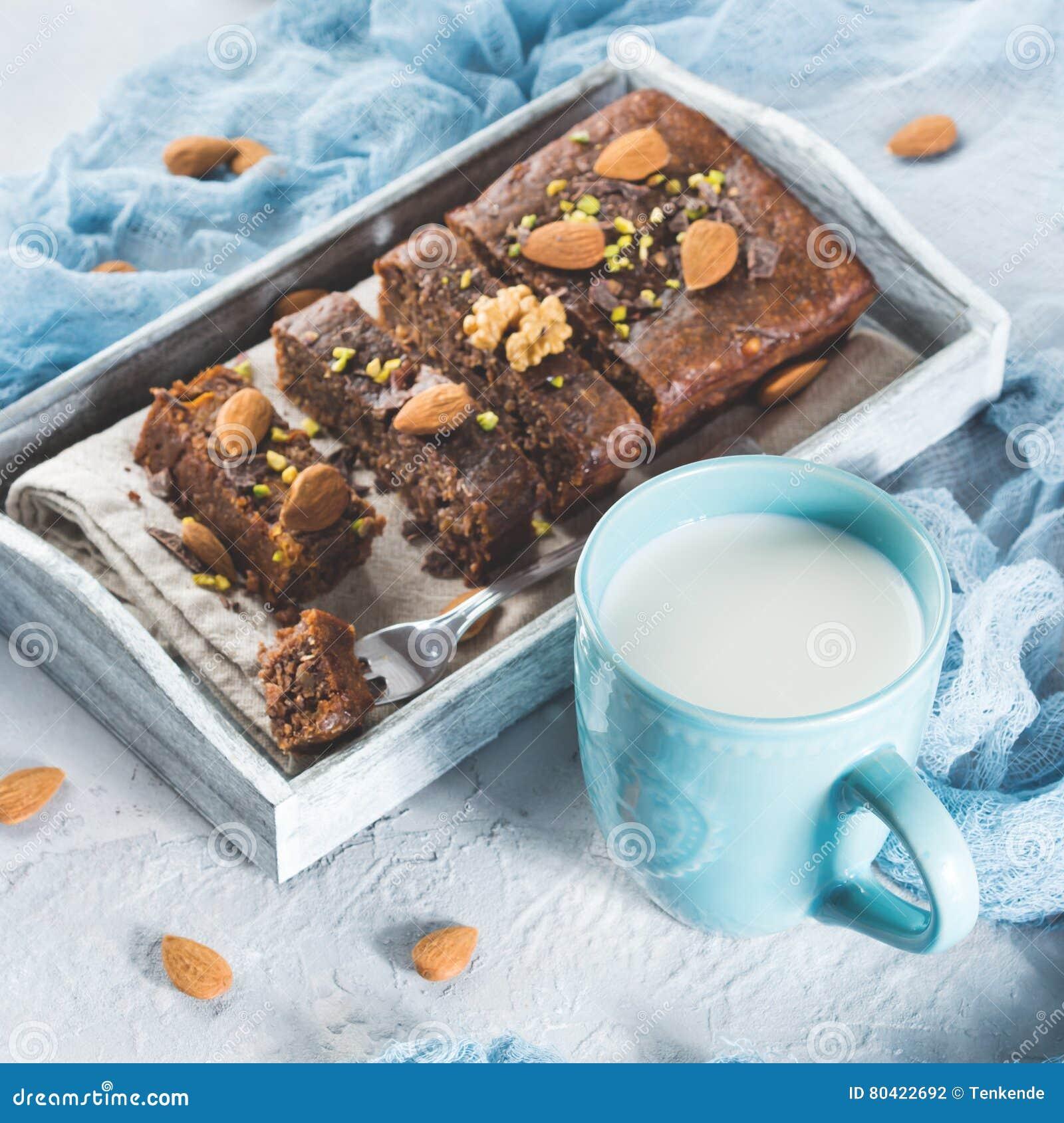 G teau de chocolat pour le petit d jeuner confortable avec du lait place photo stock image - Gateau pour le petit dejeuner ...