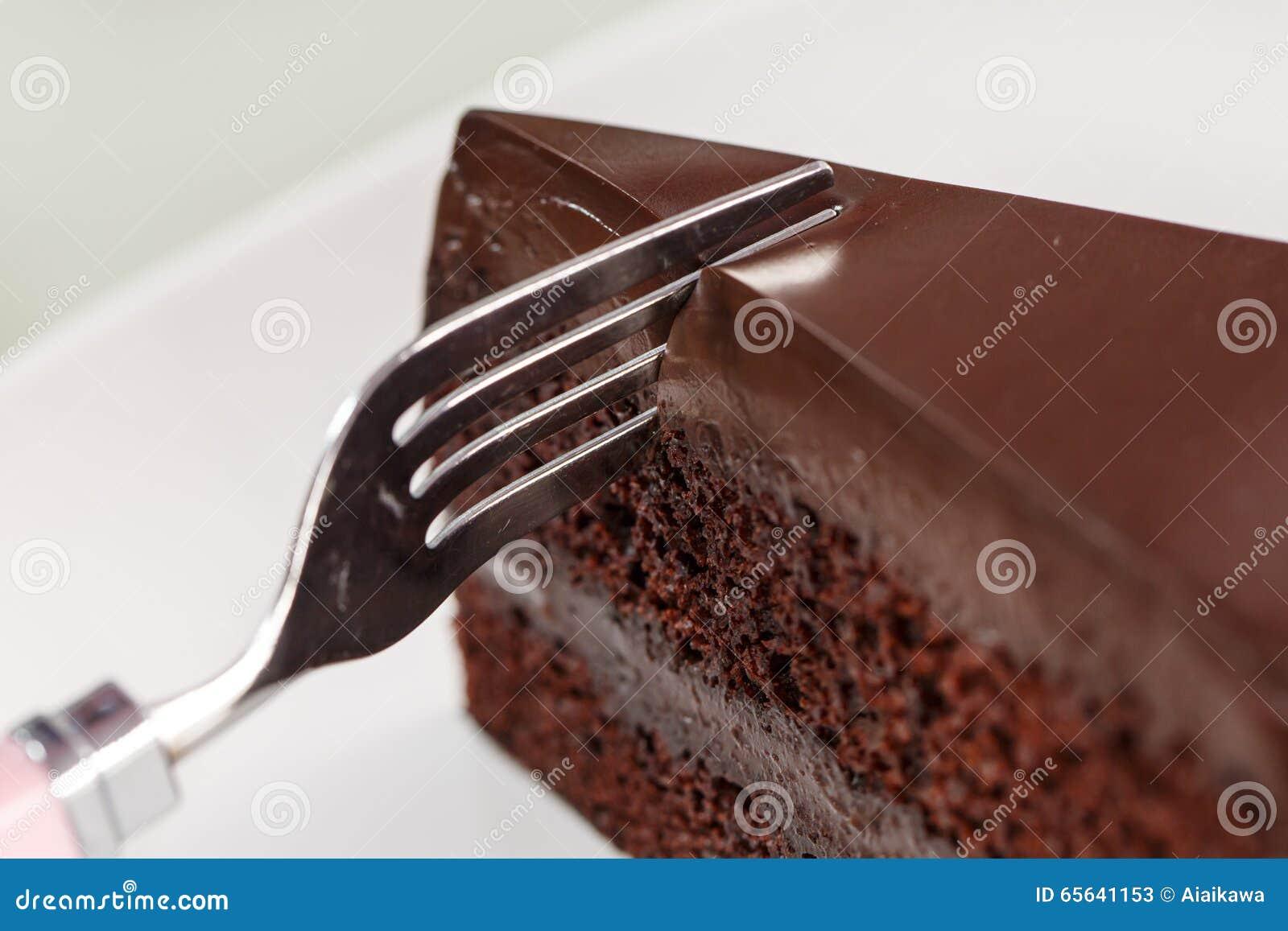 Gâteau de chocolat sur le plat blanc