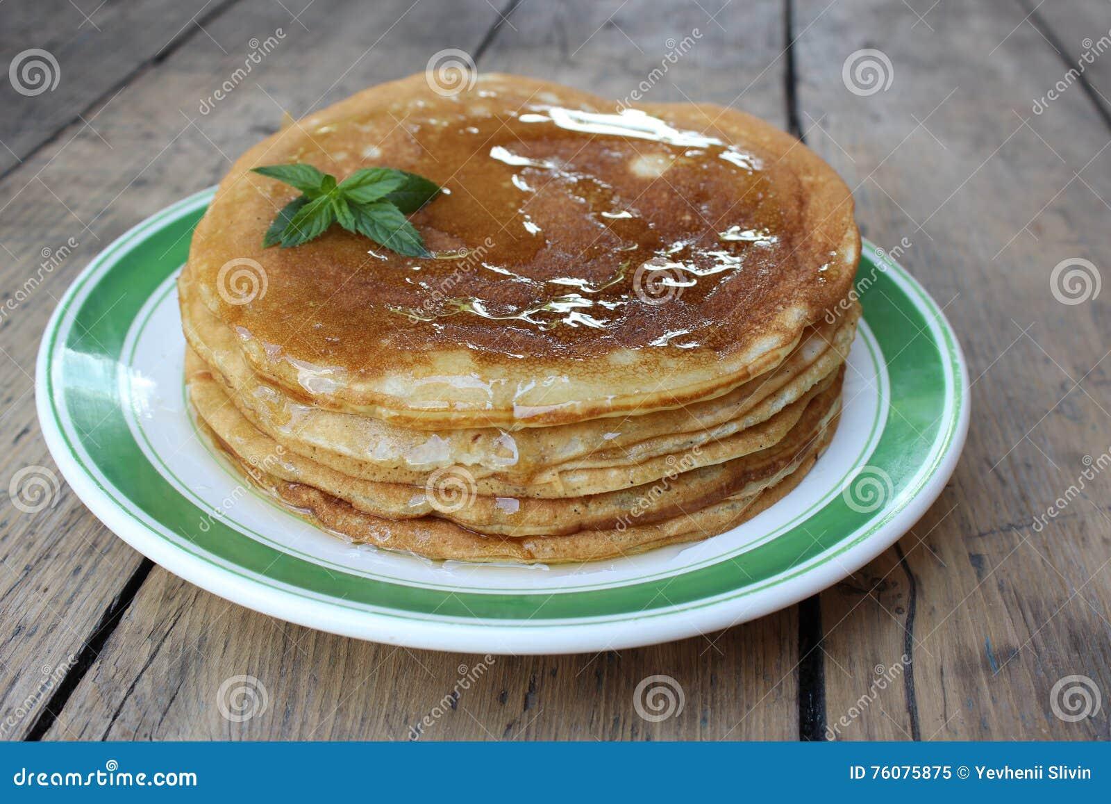 Gâteau de crêpe avec du miel