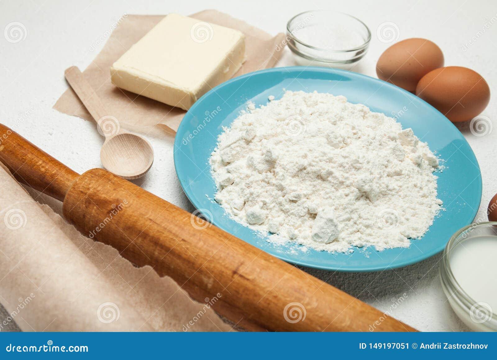 Gâteau de cuisson, recette de gâteau, ingrédients - oeufs, farine, beurre, sucre sur la table Le concept du gâteau doux