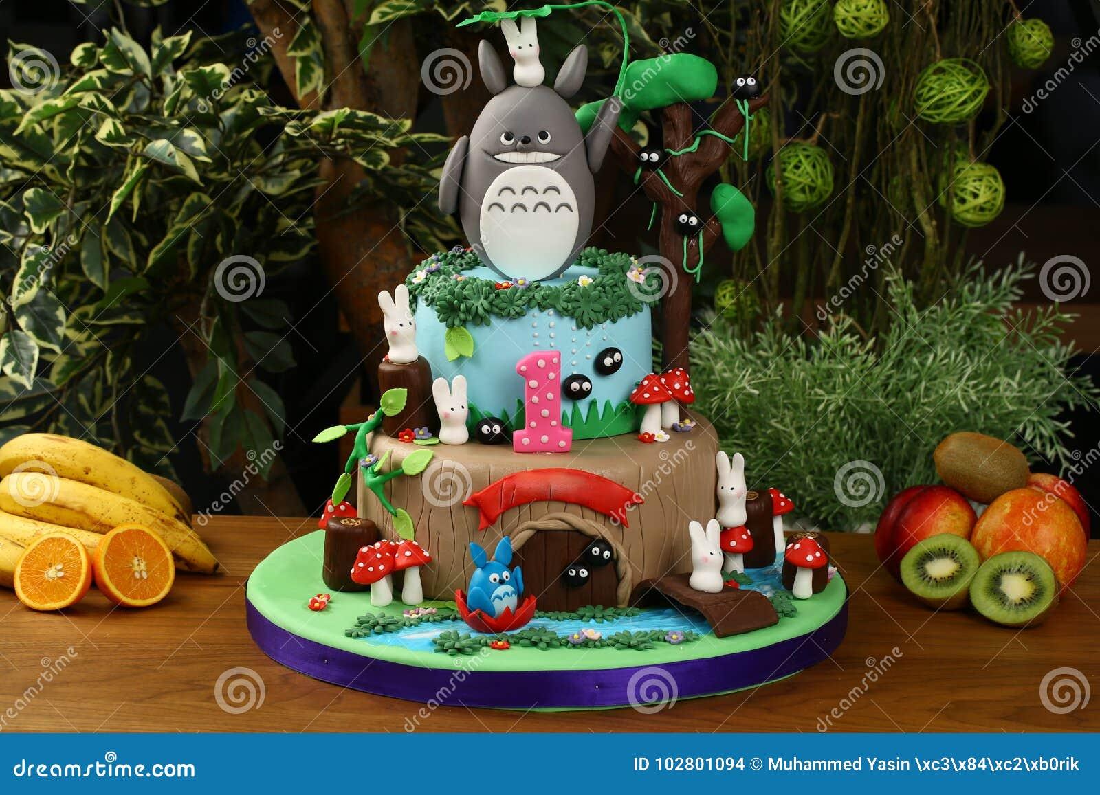Gâteau de fête d anniversaire d enfants - concept de forêt