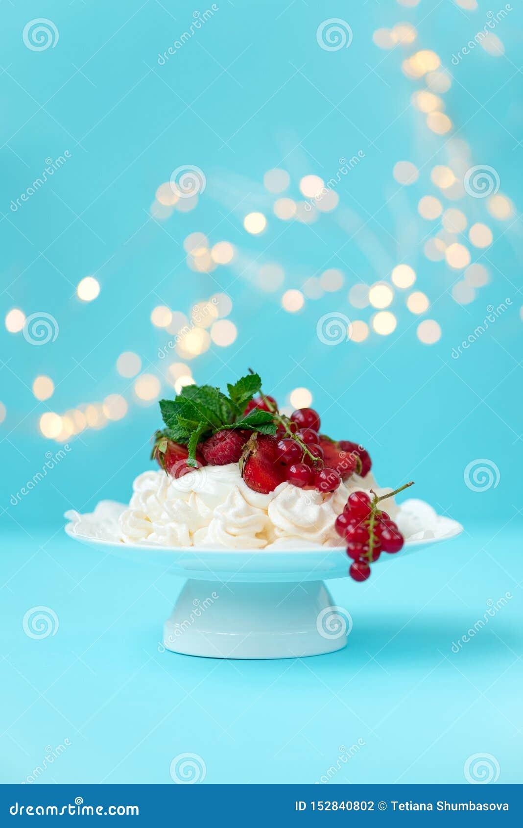 Gâteau de fruit d anniversaire de vacherin avec la fraise, la framboise, la groseille rouge et les feuilles en bon état sur le fo