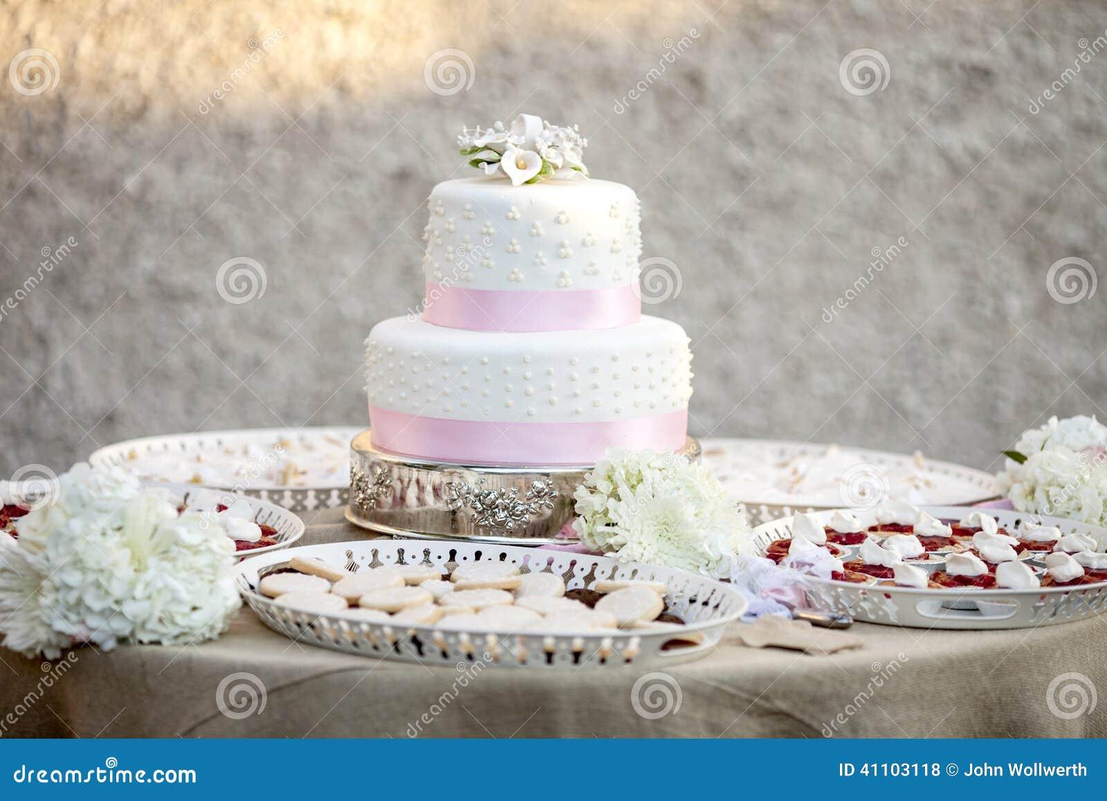 Deux simples gâteau et desserts de mariage à gradins.