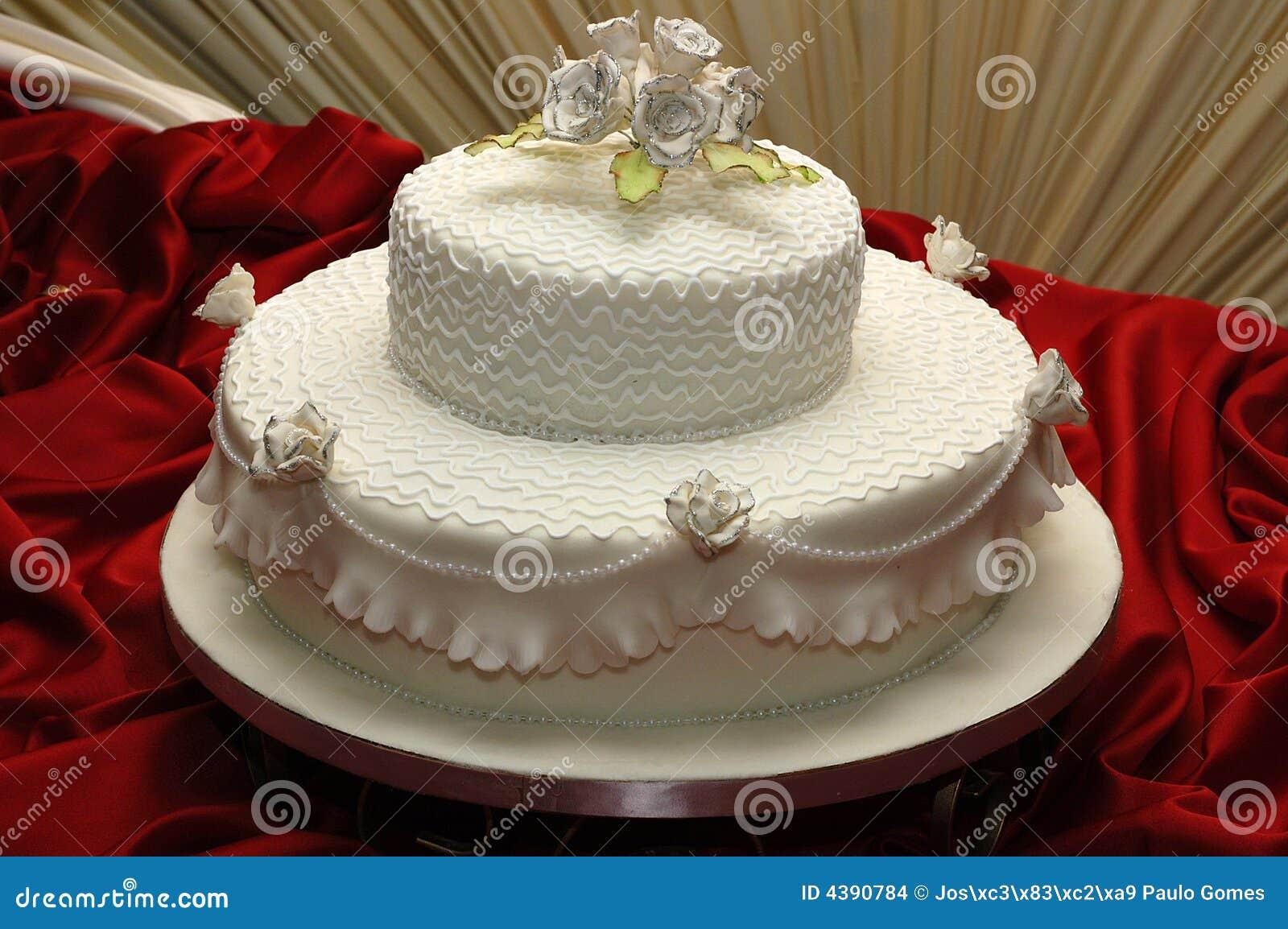 Beau gâteau de mariage multi-à gradins. Le gâteau est à un essuie ...