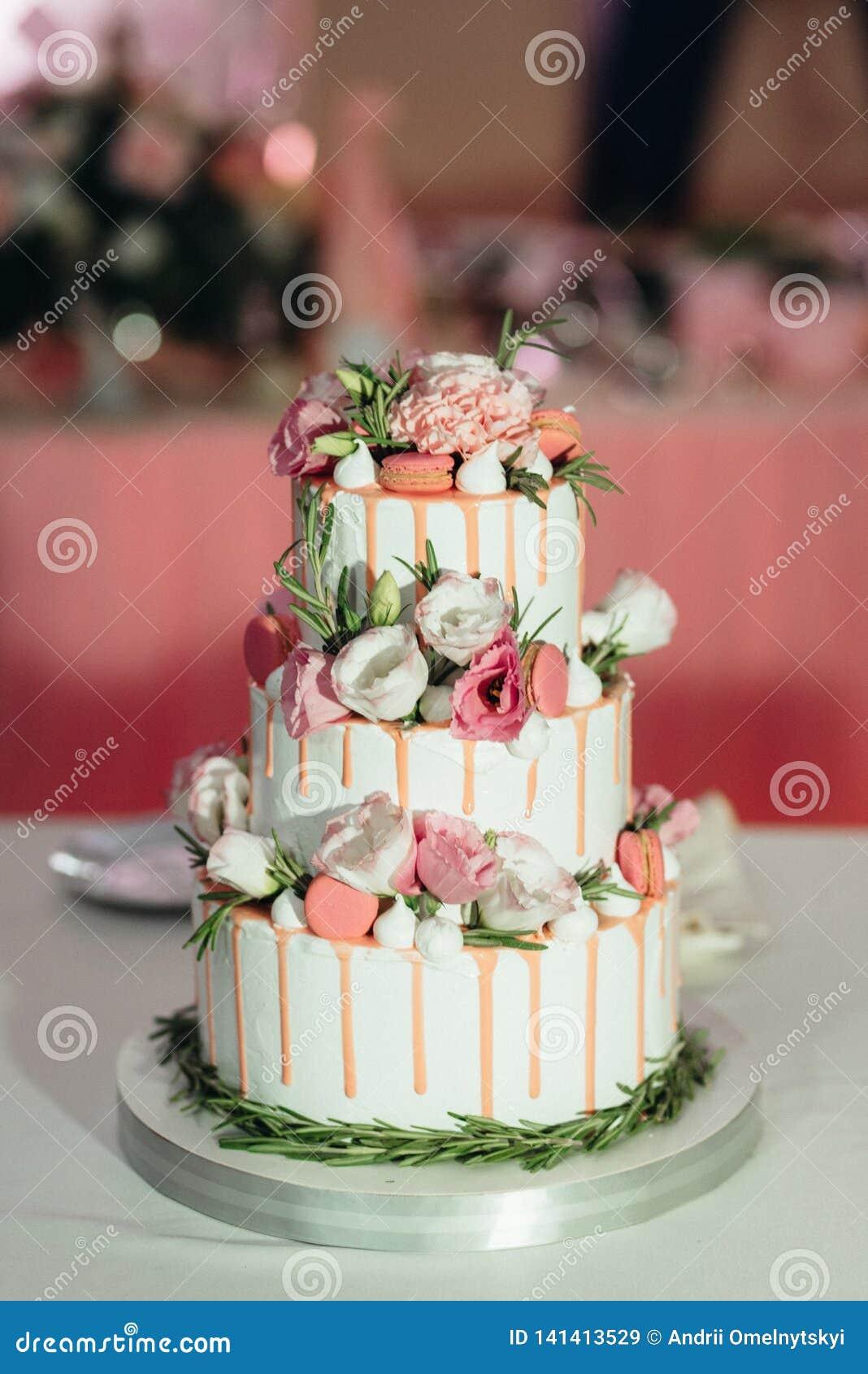 Gâteau de mariage au mariage sur la table