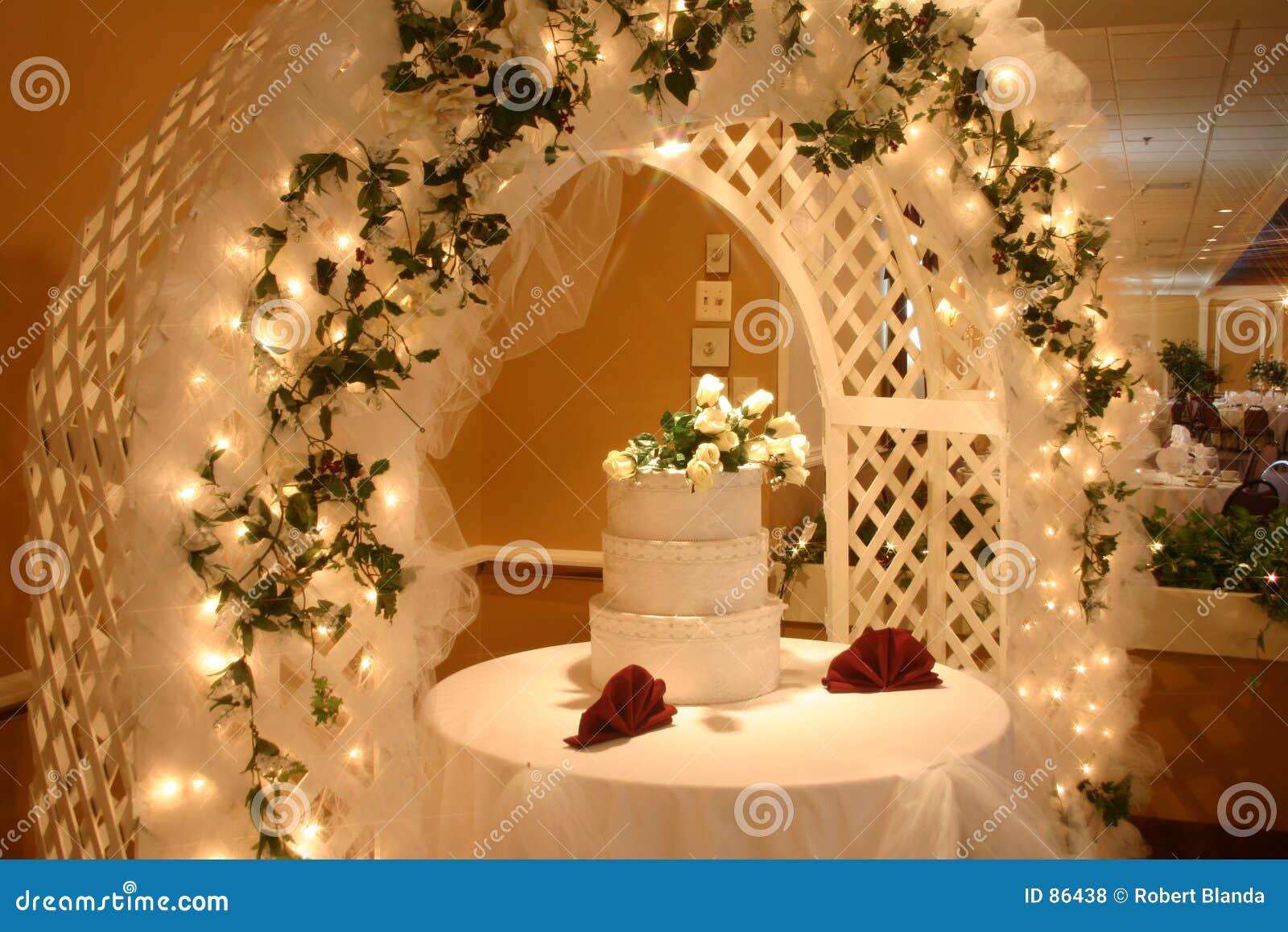 Gâteau De Mariage Avec Des Fleurs Photos libres de droits - Image ...
