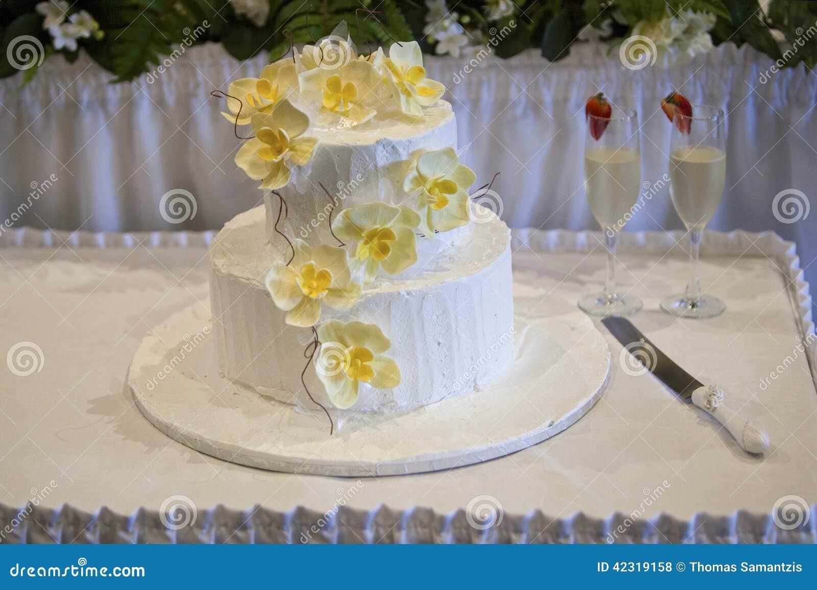 de mariage blanc avec les fleurs dorchidée et les verres jaunes de ...