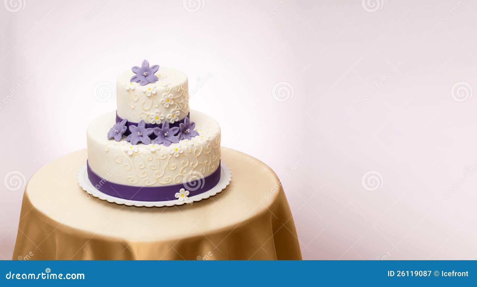 Gâteau de mariage blanc avec la décoration violette de fleur de ...