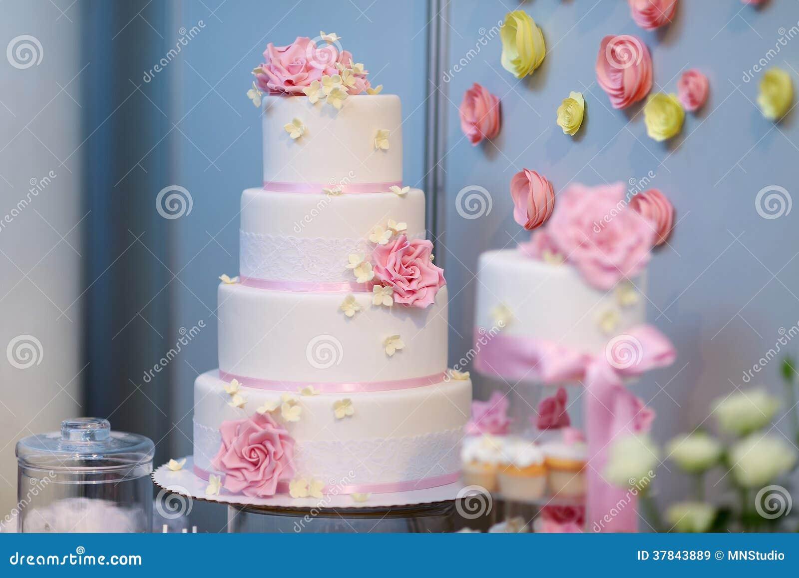 Gâteau De Mariage Blanc Décoré Des Fleurs Roses Image Stock