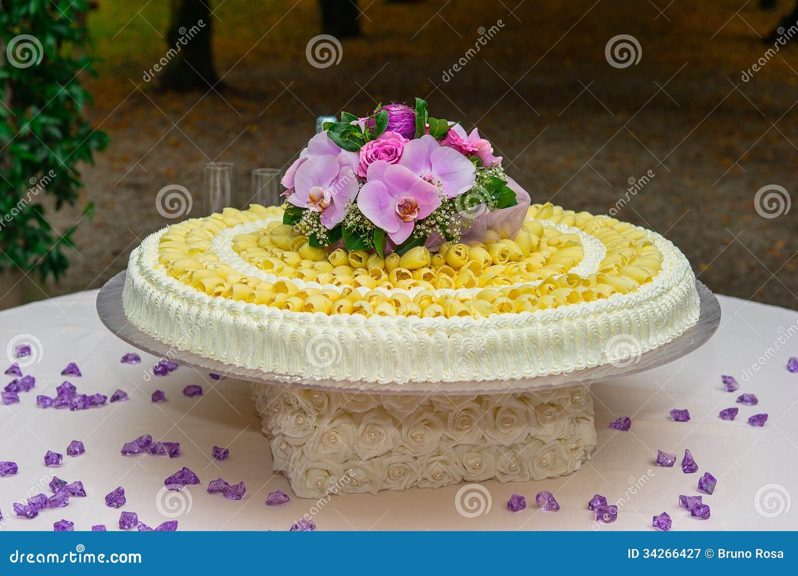Gâteau De Mariage Blanc Sur Le Fond Vert Photographie stock libre de ...