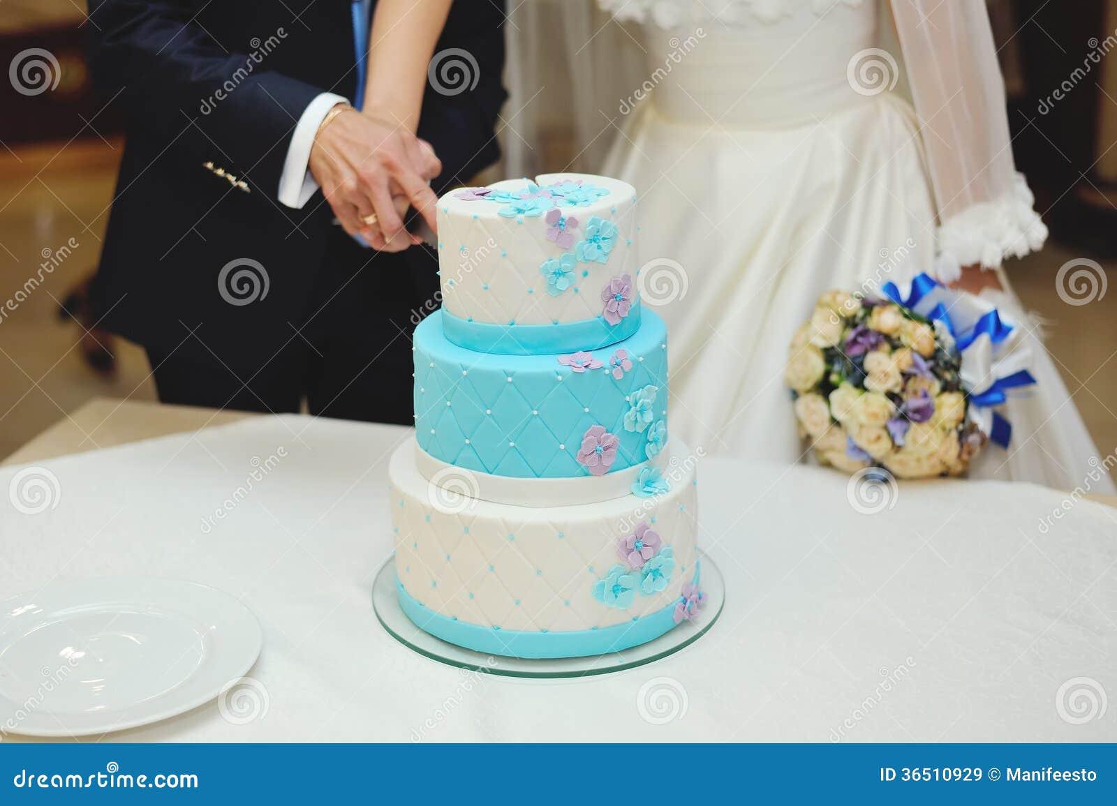 Gâteau de mariage de coupe de jeunes mariés