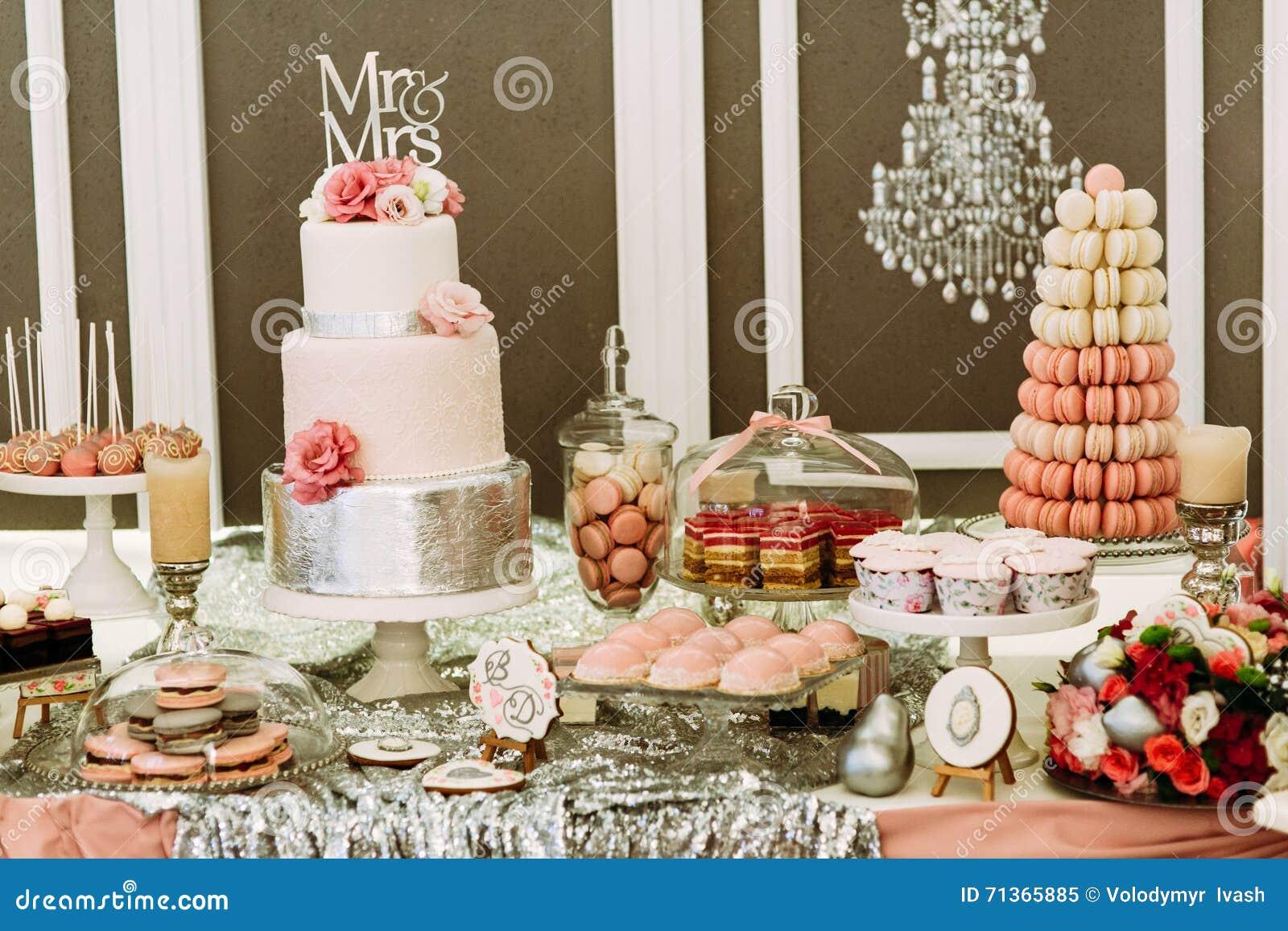Gâteau De Mariage De Luxe Avec Les Macarons Et Les Petits