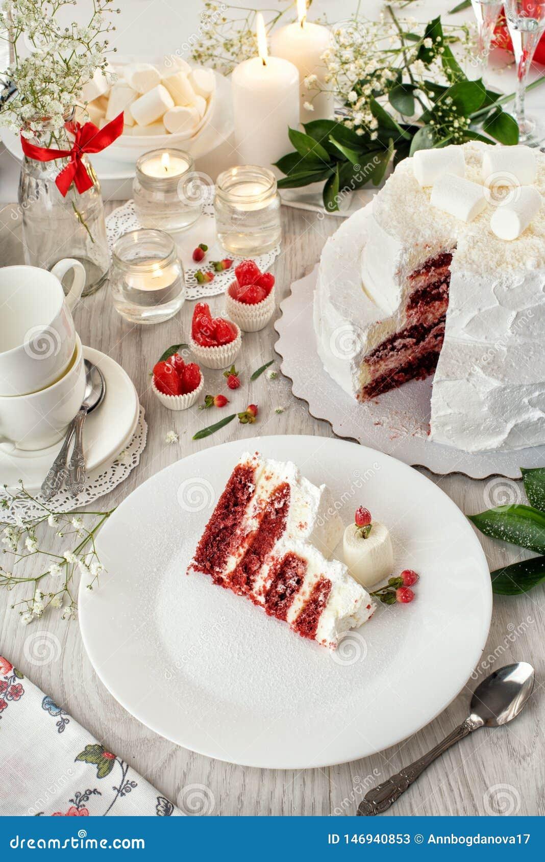 Gâteau de mariage rouge de velours La vie immobile blanche de Crano gâteau, couverts