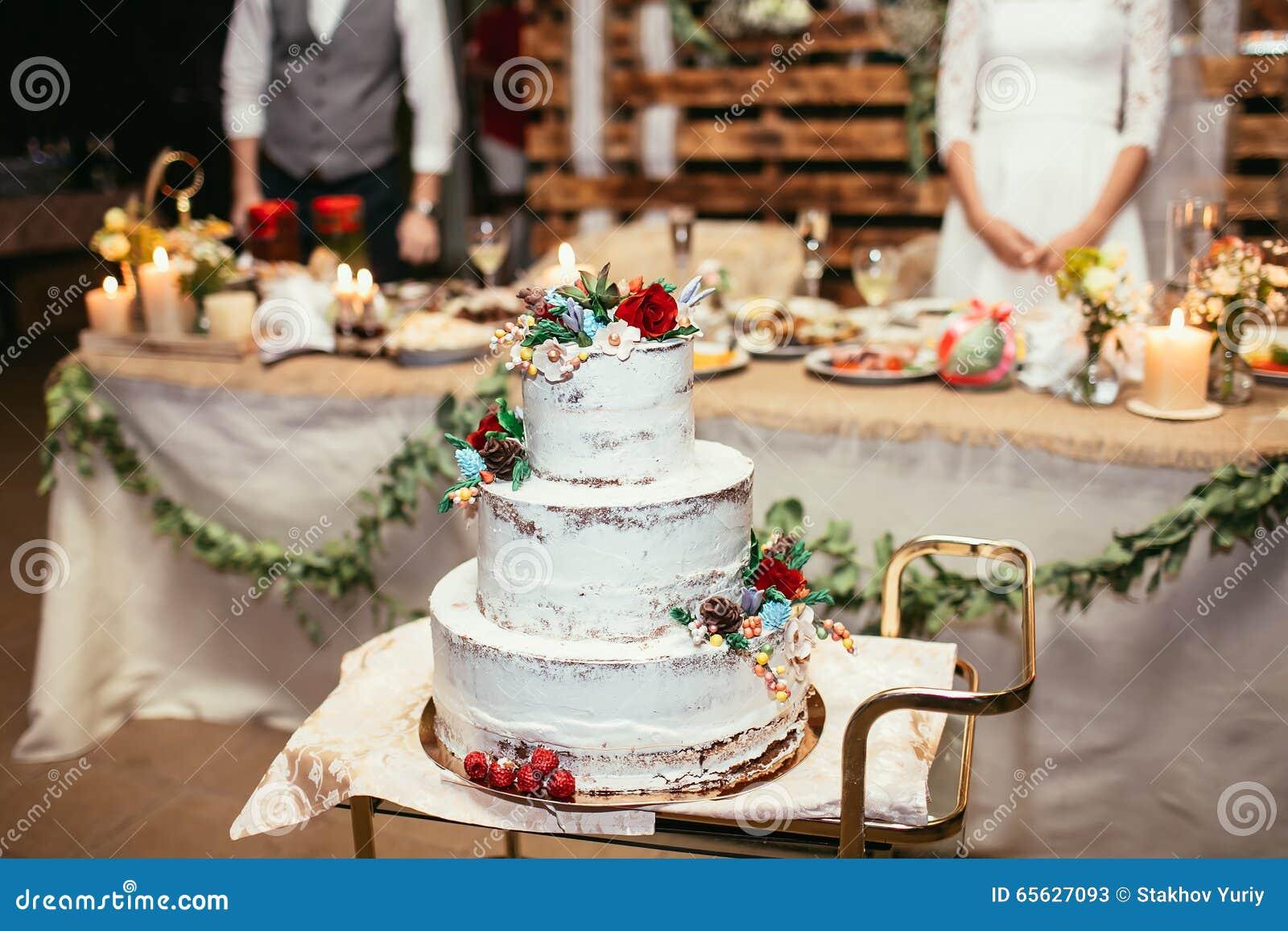 Gâteau de mariage rustique sur le banquet de mariage avec la rose de rouge et tout autre f