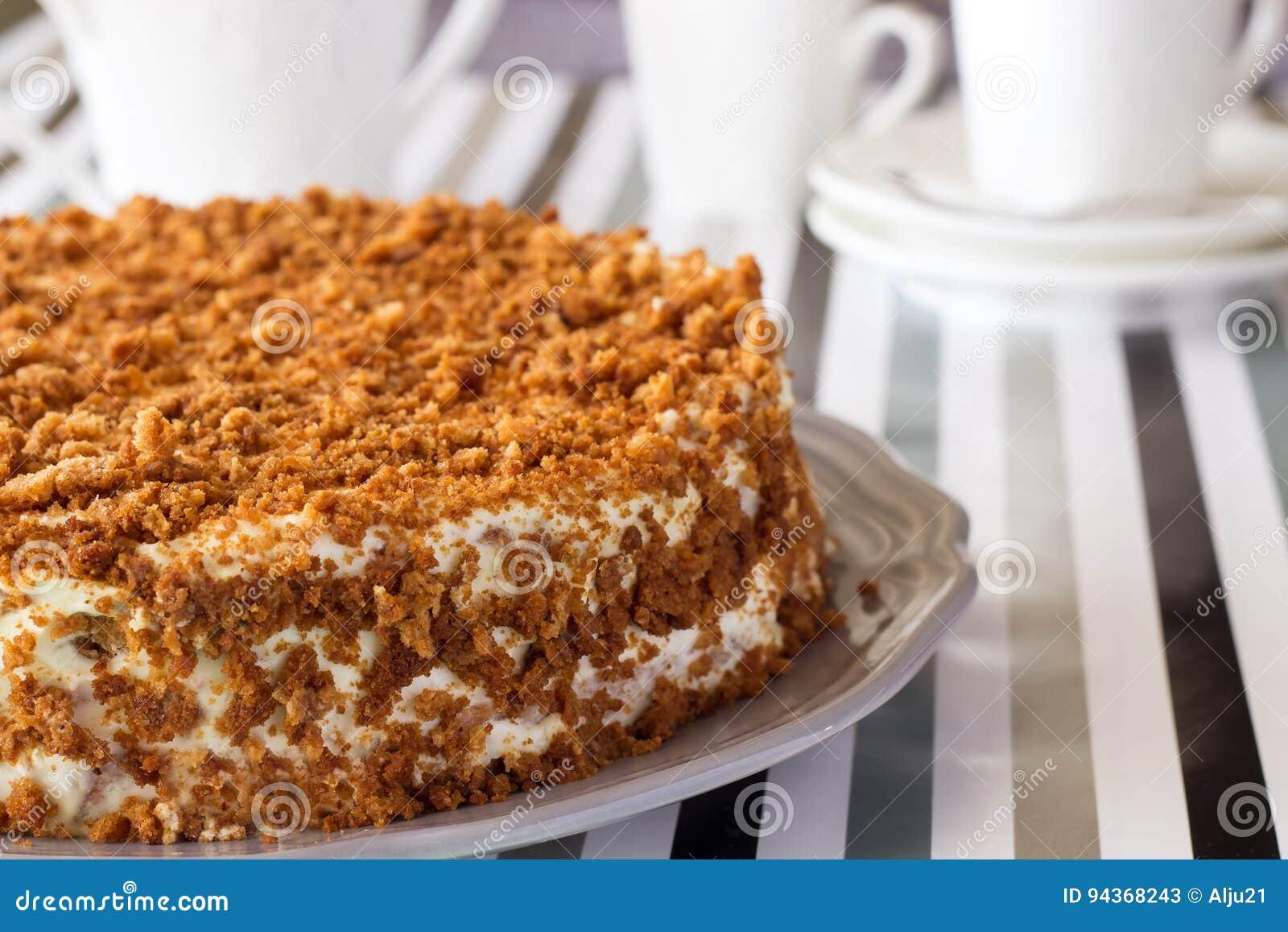 Gâteau de miel délicieux fait maison avec la miette Service à thé blanc sur le backg