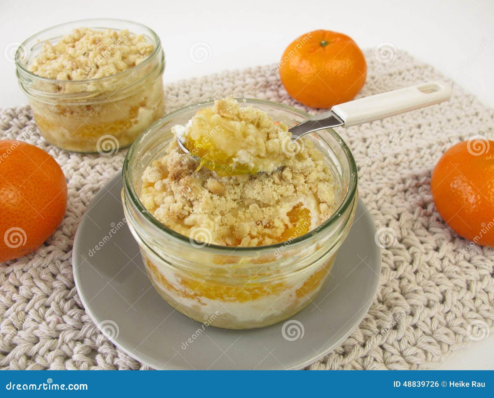 Gâteau de miette de mandarine cuit au four dans un pot