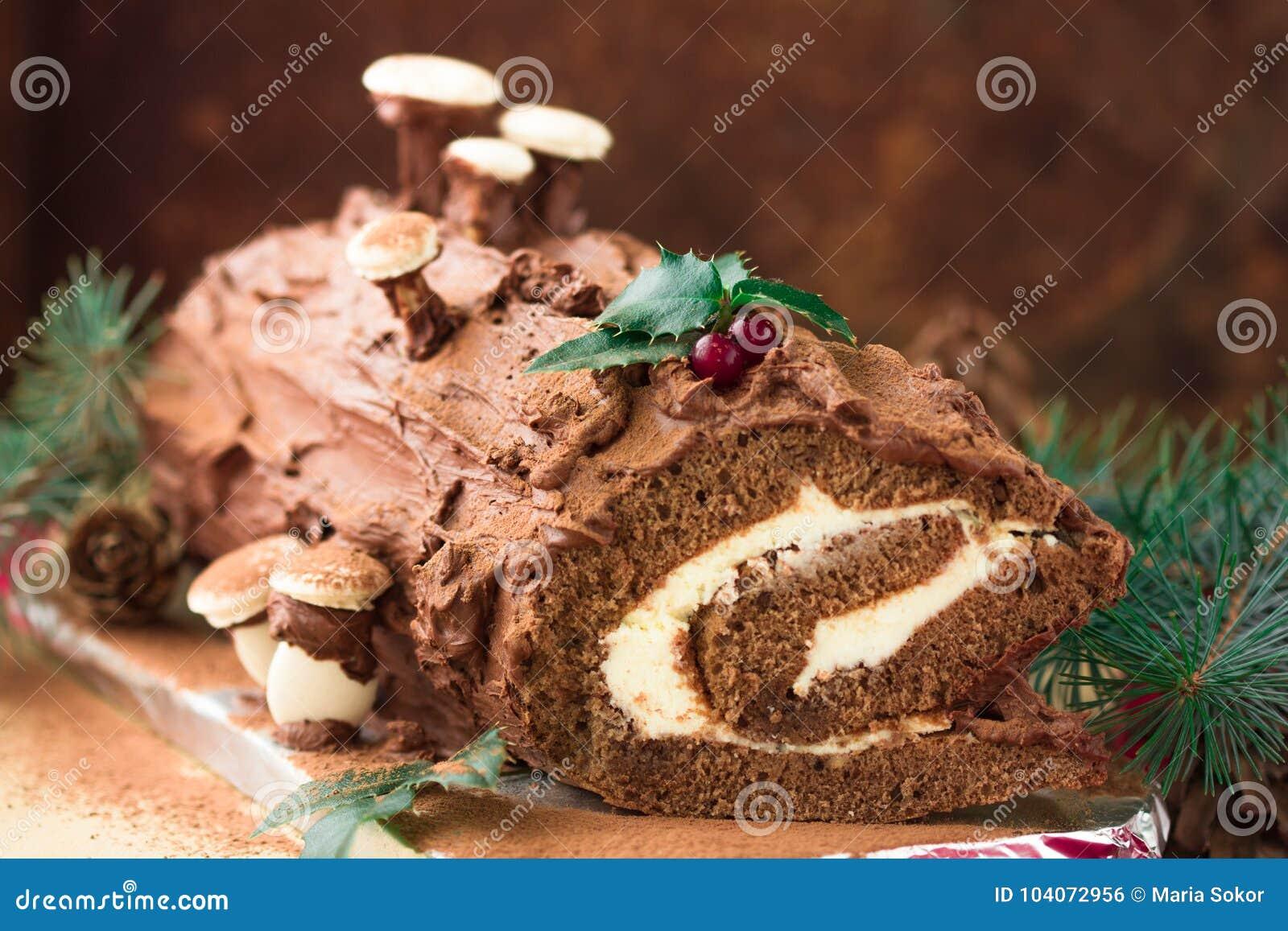 Gâteau de Noël de rondin de Noël de chocolat avec la groseille rouge sur le fond en bois Rondin de Noël de chocolat de Noël avec
