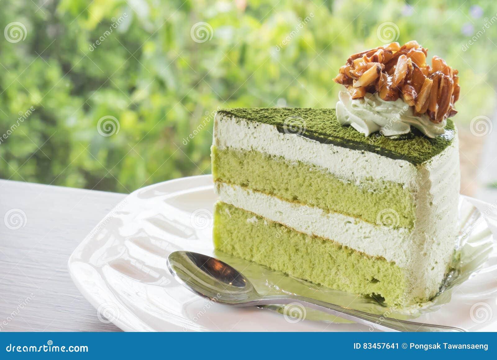 Gâteau de thé vert de matcha de plan rapproché dans le café avec le backgro de nature