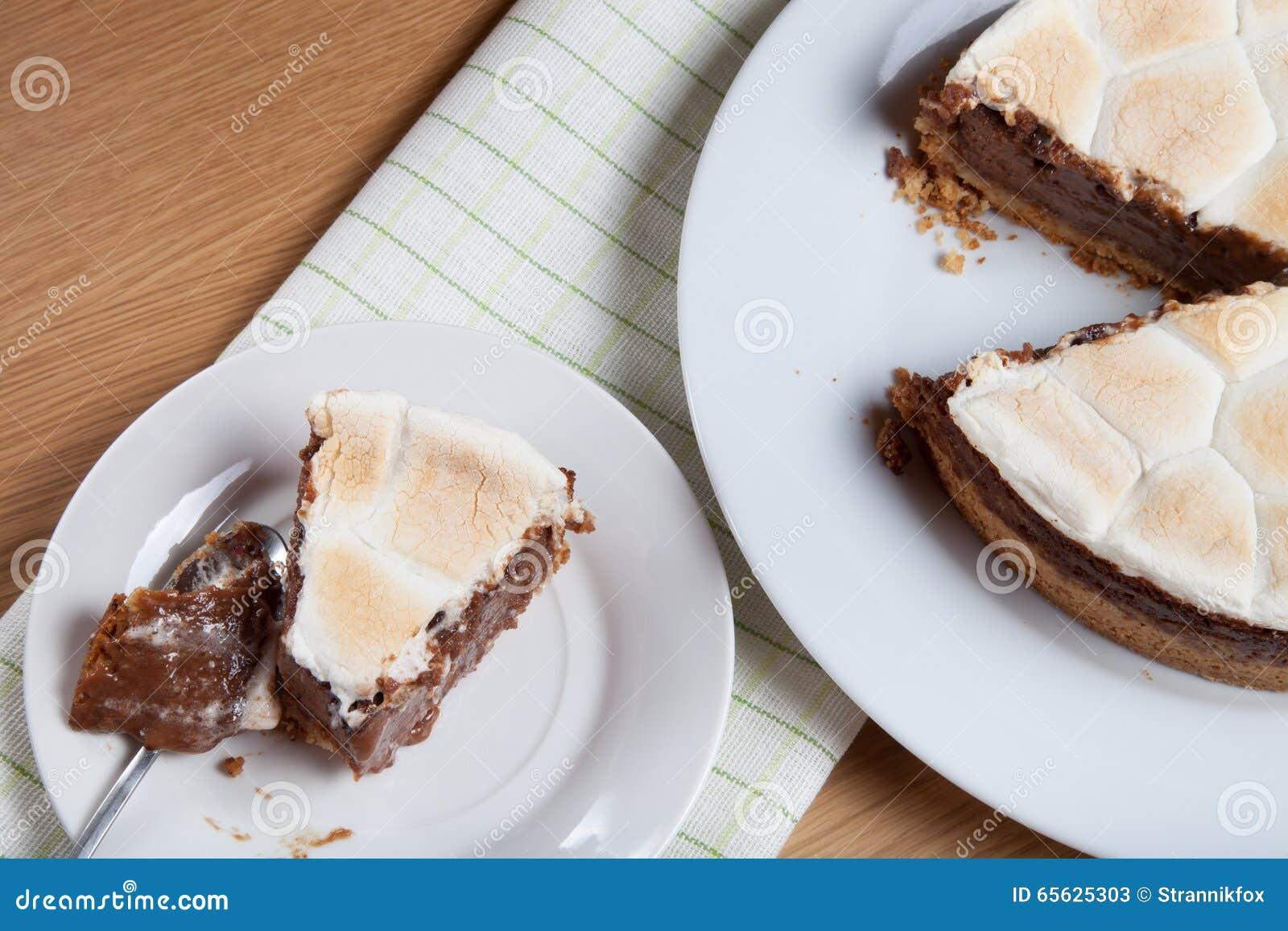 Gâteau doux avec du chocolat sur une table en bois légère