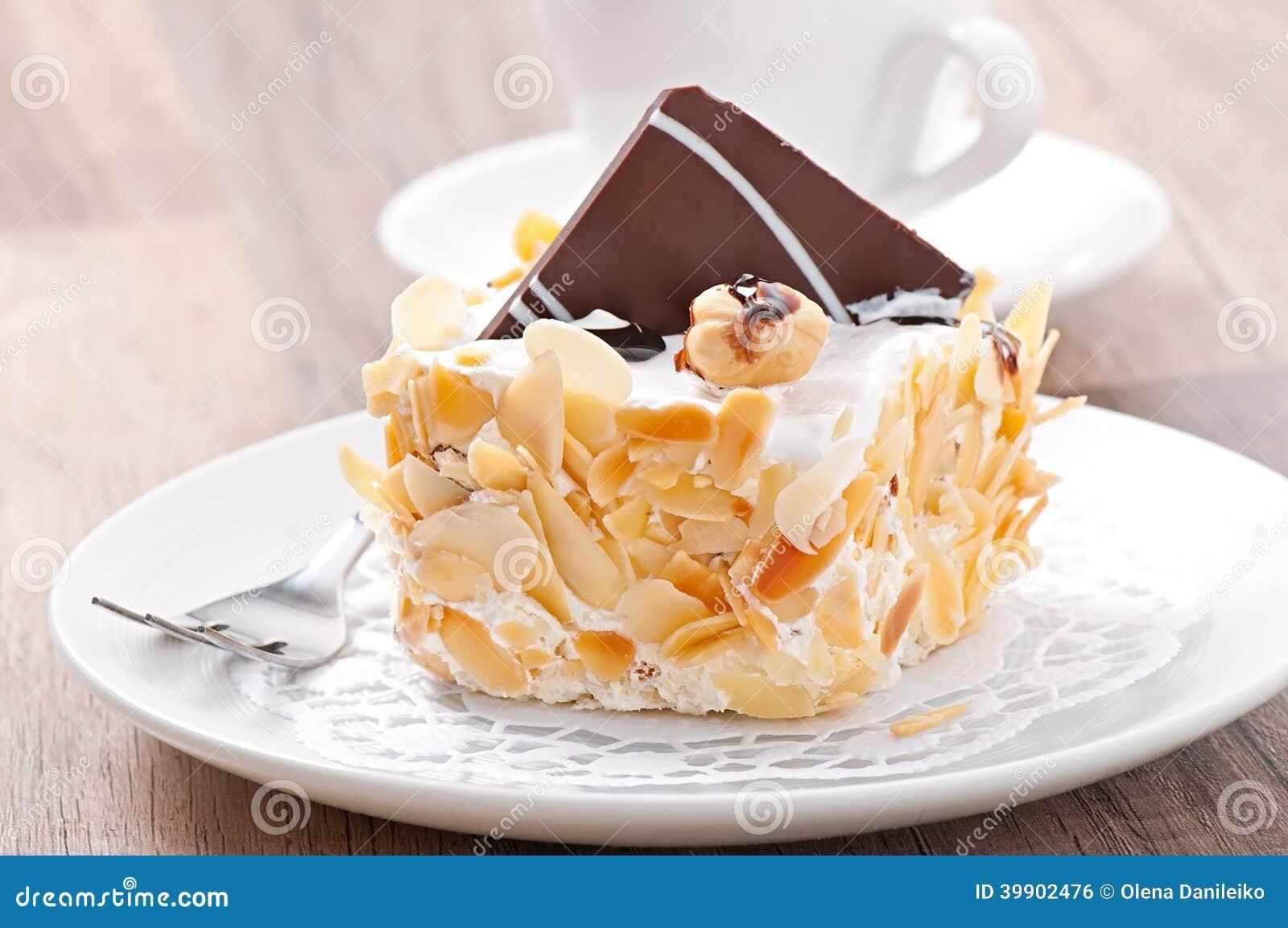 Gâteau doux d amande avec de la crème et le chocolat fouettés