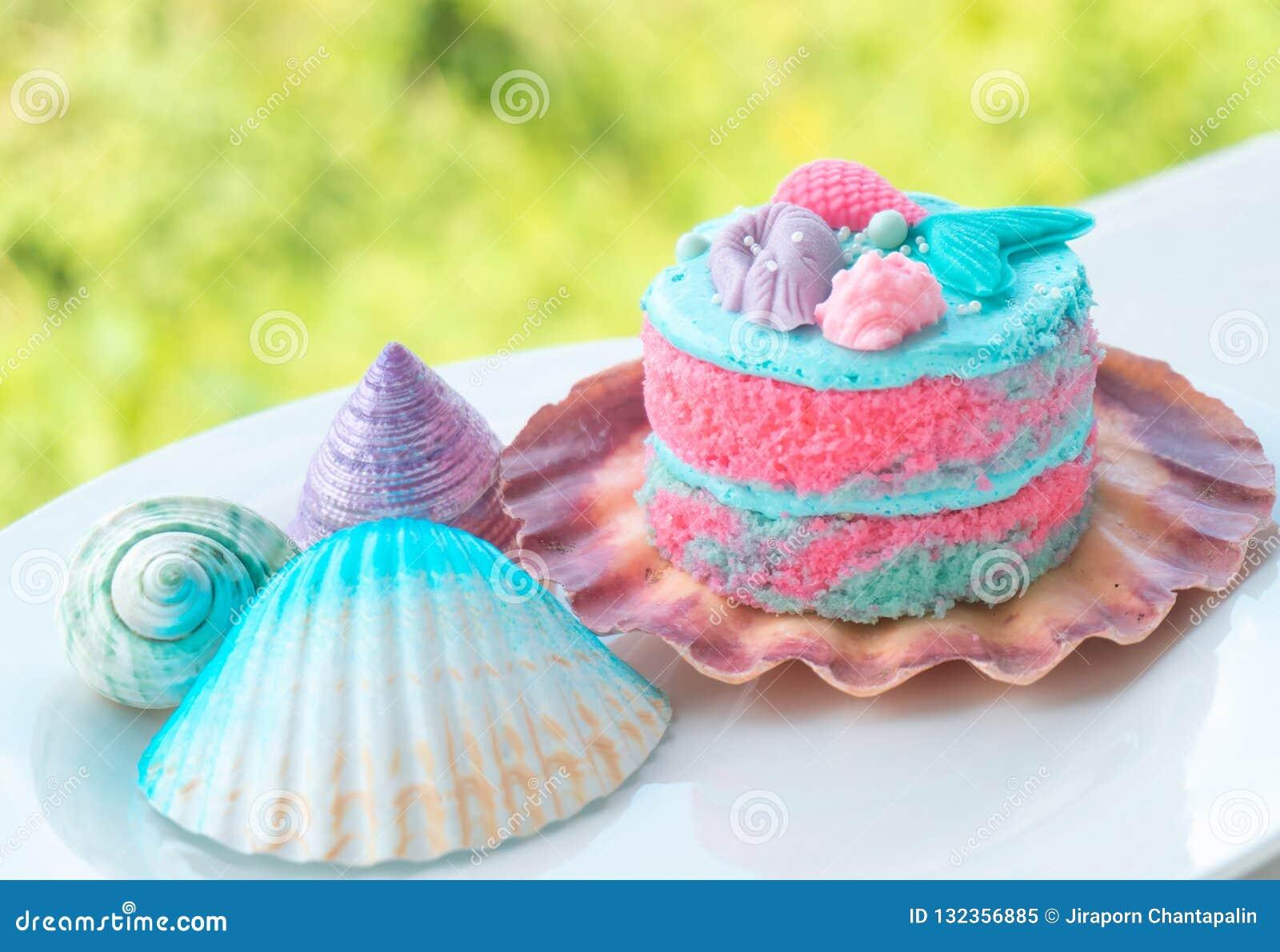 Gâteau doux sur la table blanche