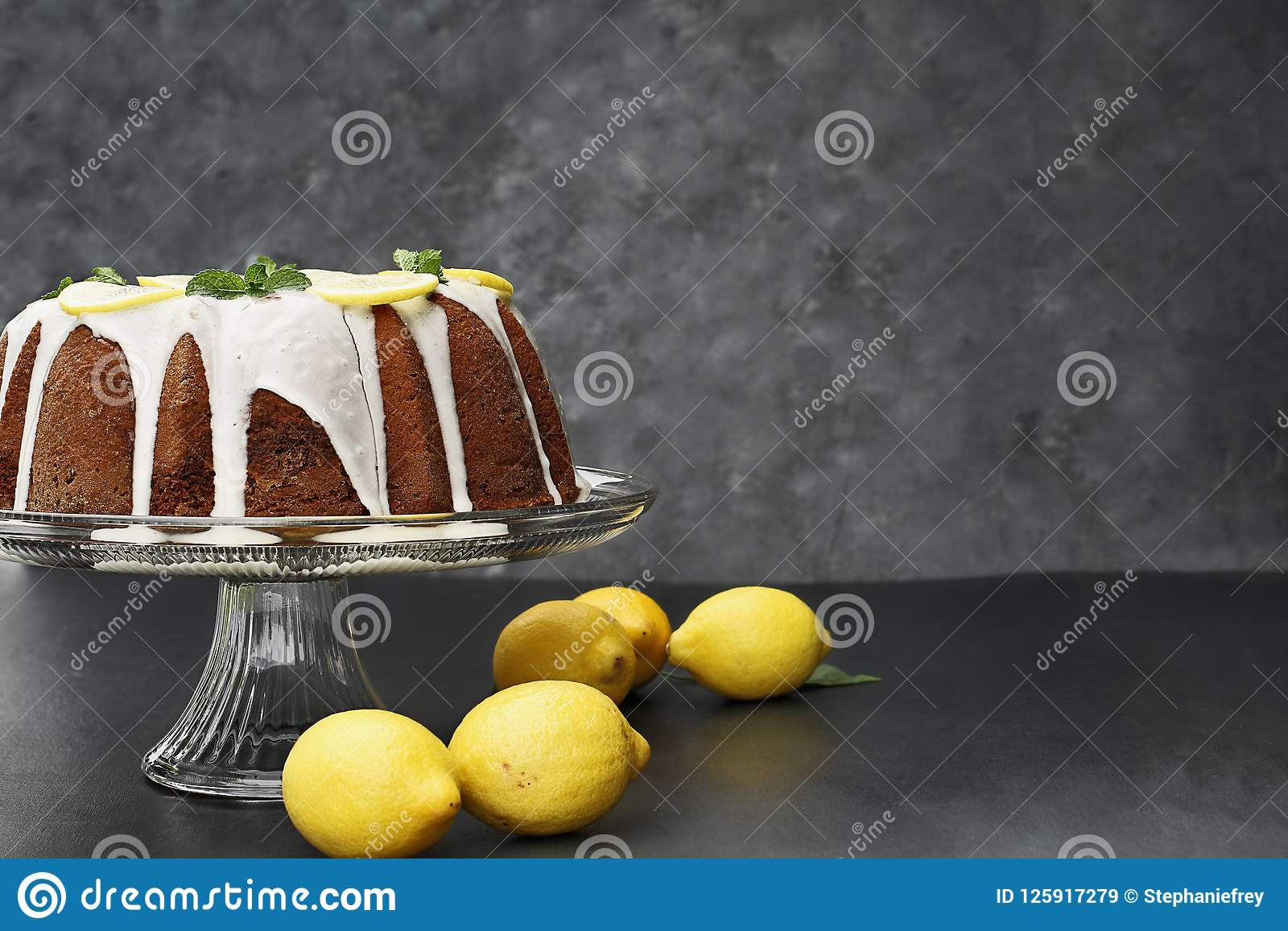 Gâteau entier de Bundt de citron avec les citrons frais