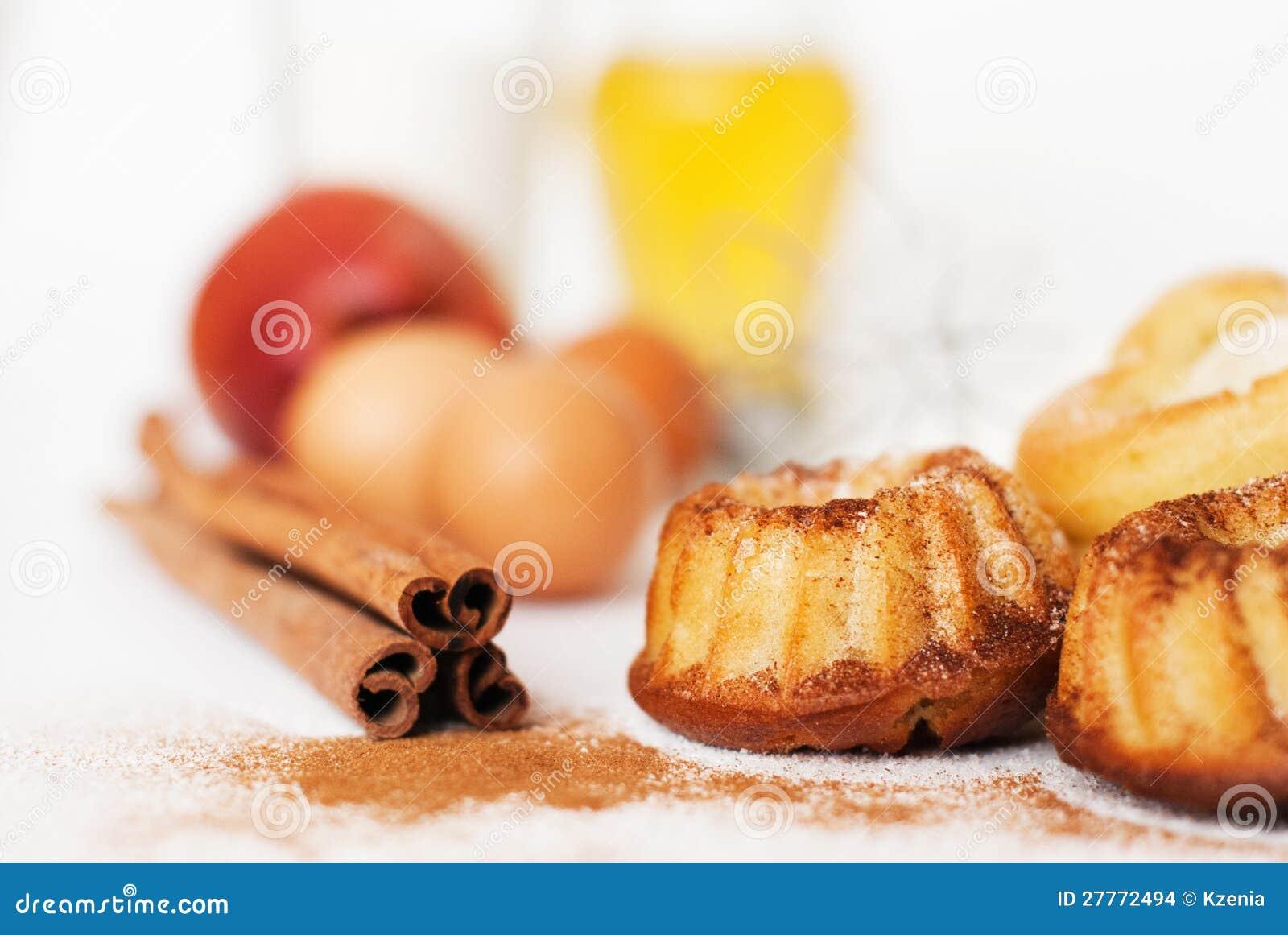 Gâteau et ingrédients en forme de coeur