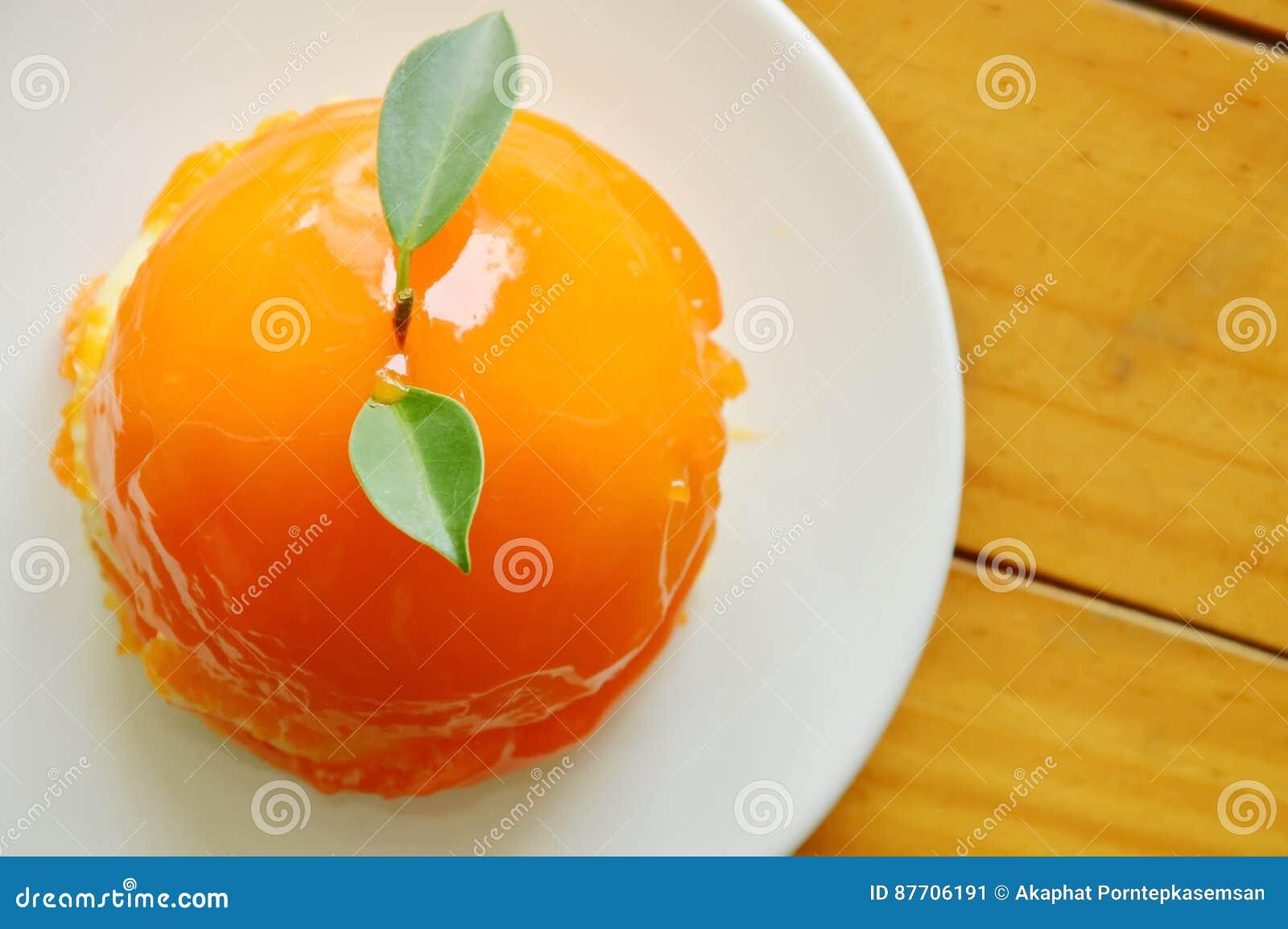 Gâteau orange préparant la sauce sur le plat