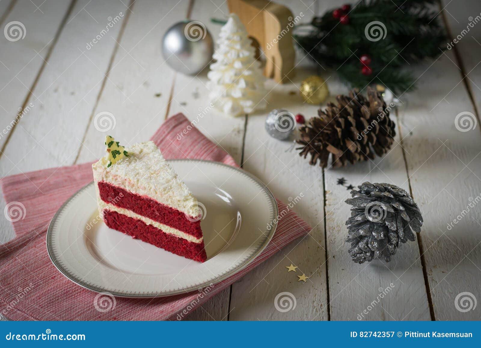 Gâteau Rouge De Velours Avec La Décoration Crème Blanche Sur La