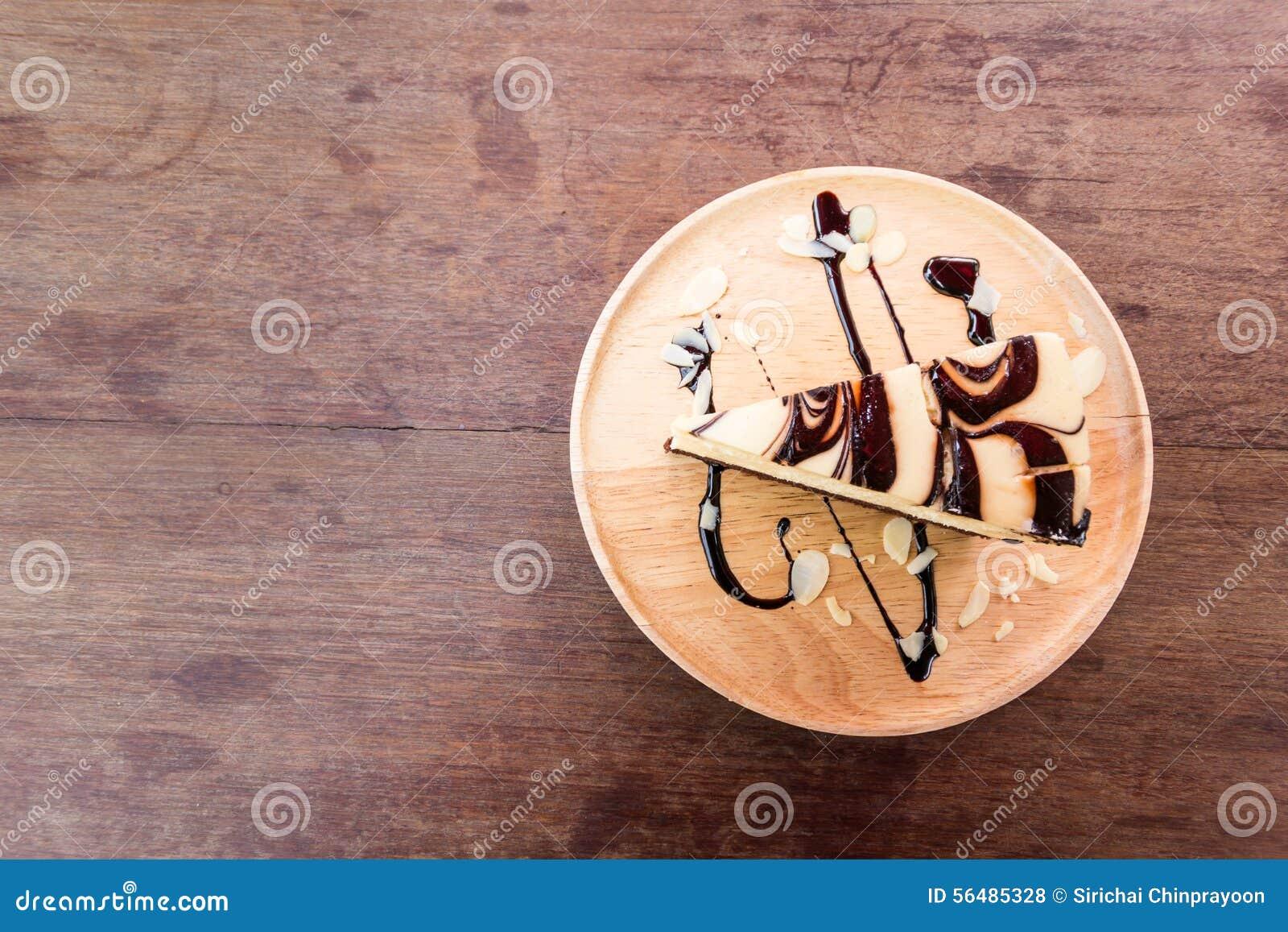 Gâteau sur le fond en bois