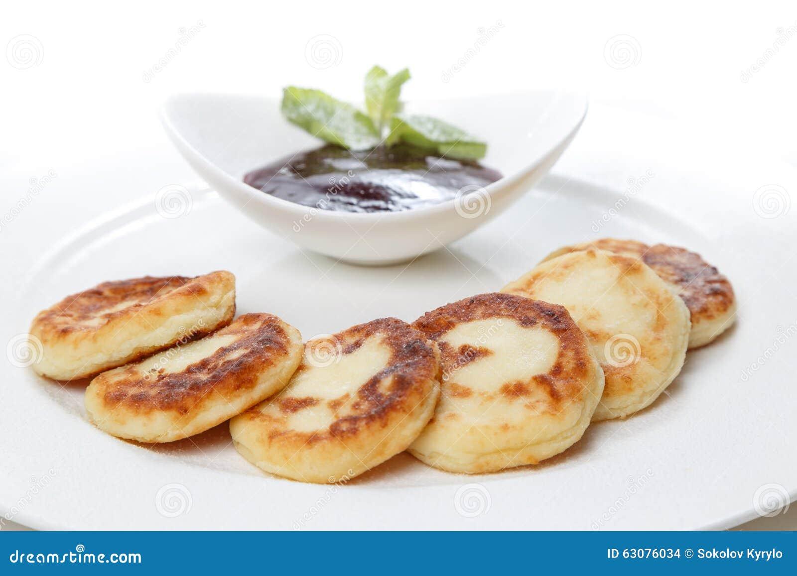 Download Gâteaux Au Fromage Avec La Confiture D'un Plat Dans Le Restaurant Photo stock - Image du lumière, vivacité: 63076034